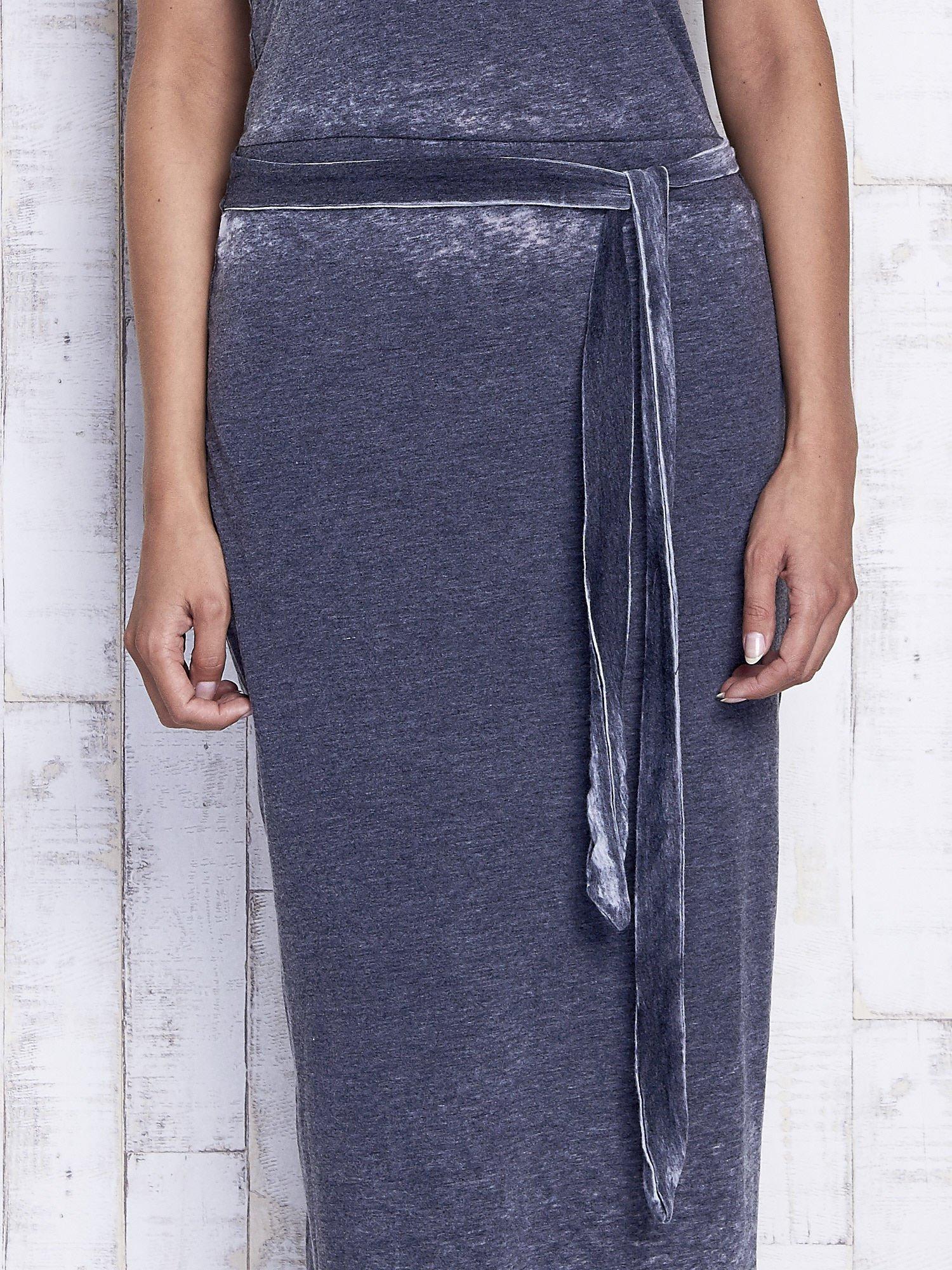 Szara dekatyzowana sukienka maxi na gumkę                                  zdj.                                  5