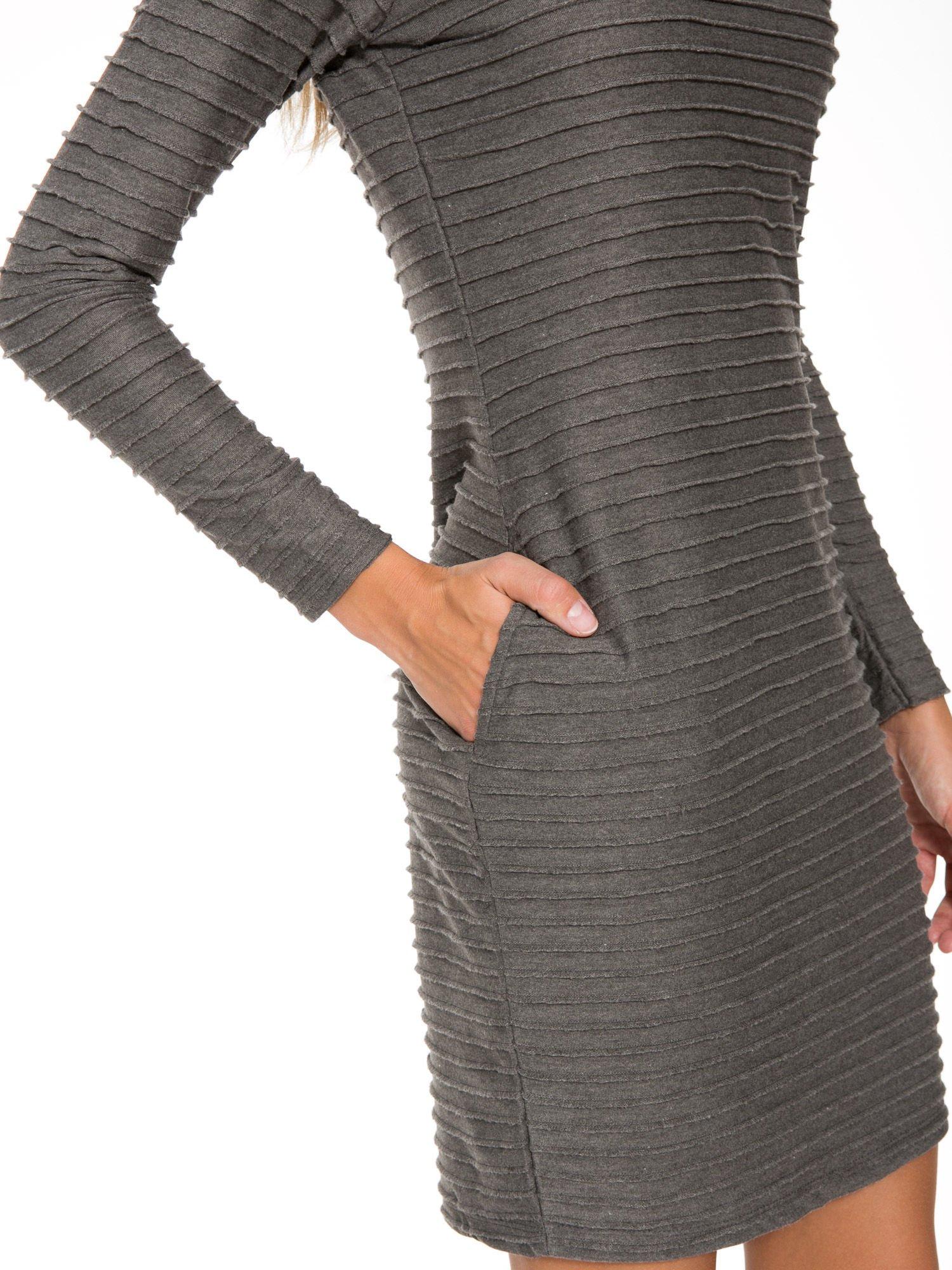 Szara dresowa sukienka w prążkowany wzór                                  zdj.                                  7