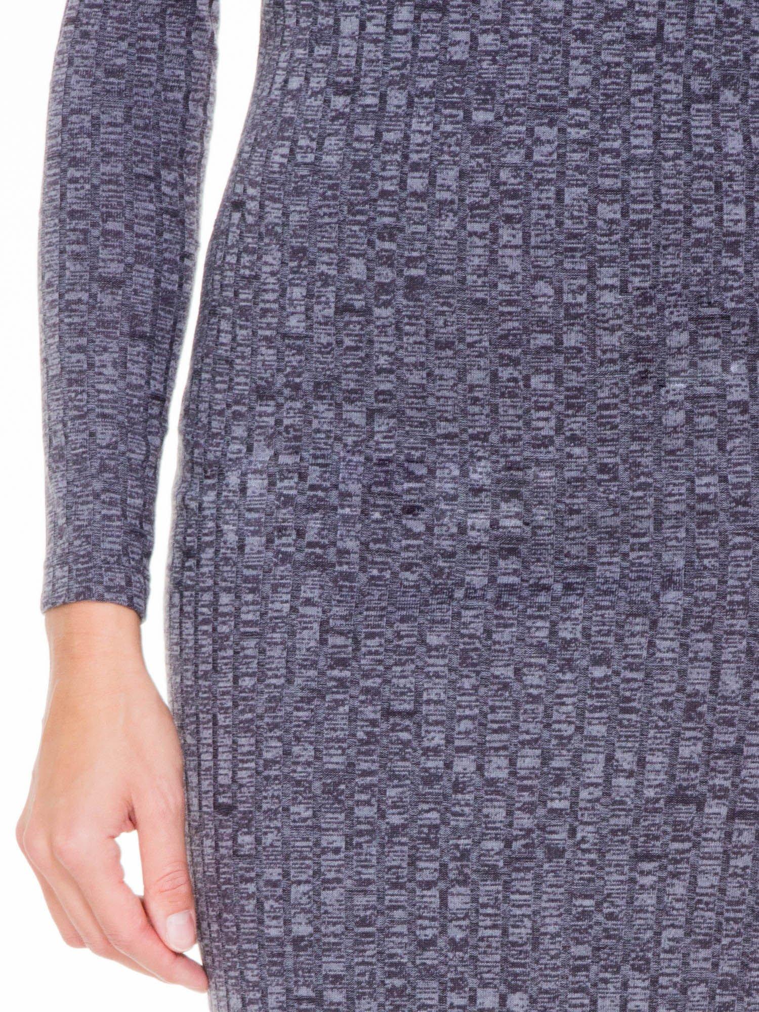 Szara dzianinowa sukienka w prążki z golfem                                  zdj.                                  4