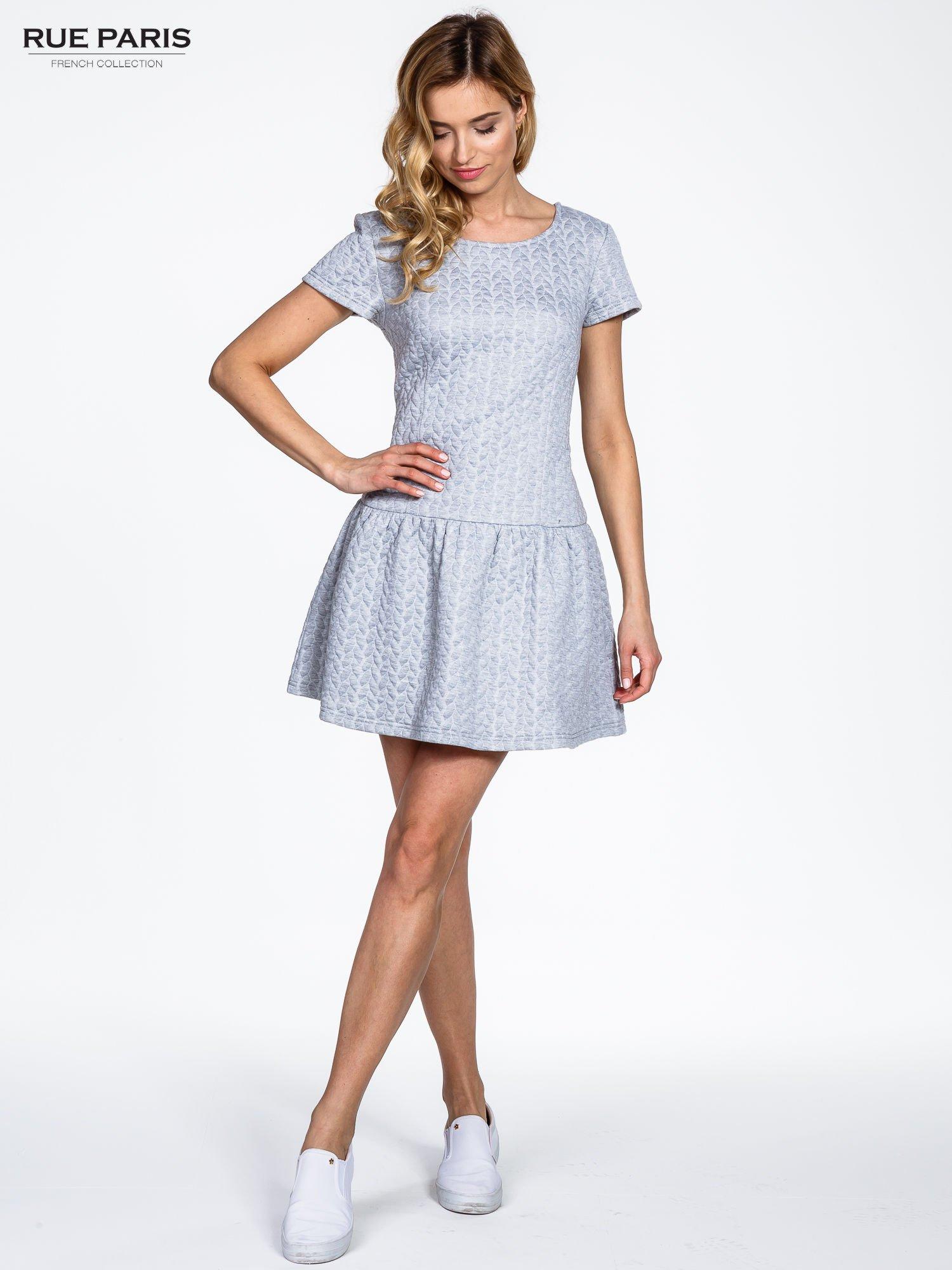 Szara fakturowana sukienka z obniżoną talią                                  zdj.                                  8