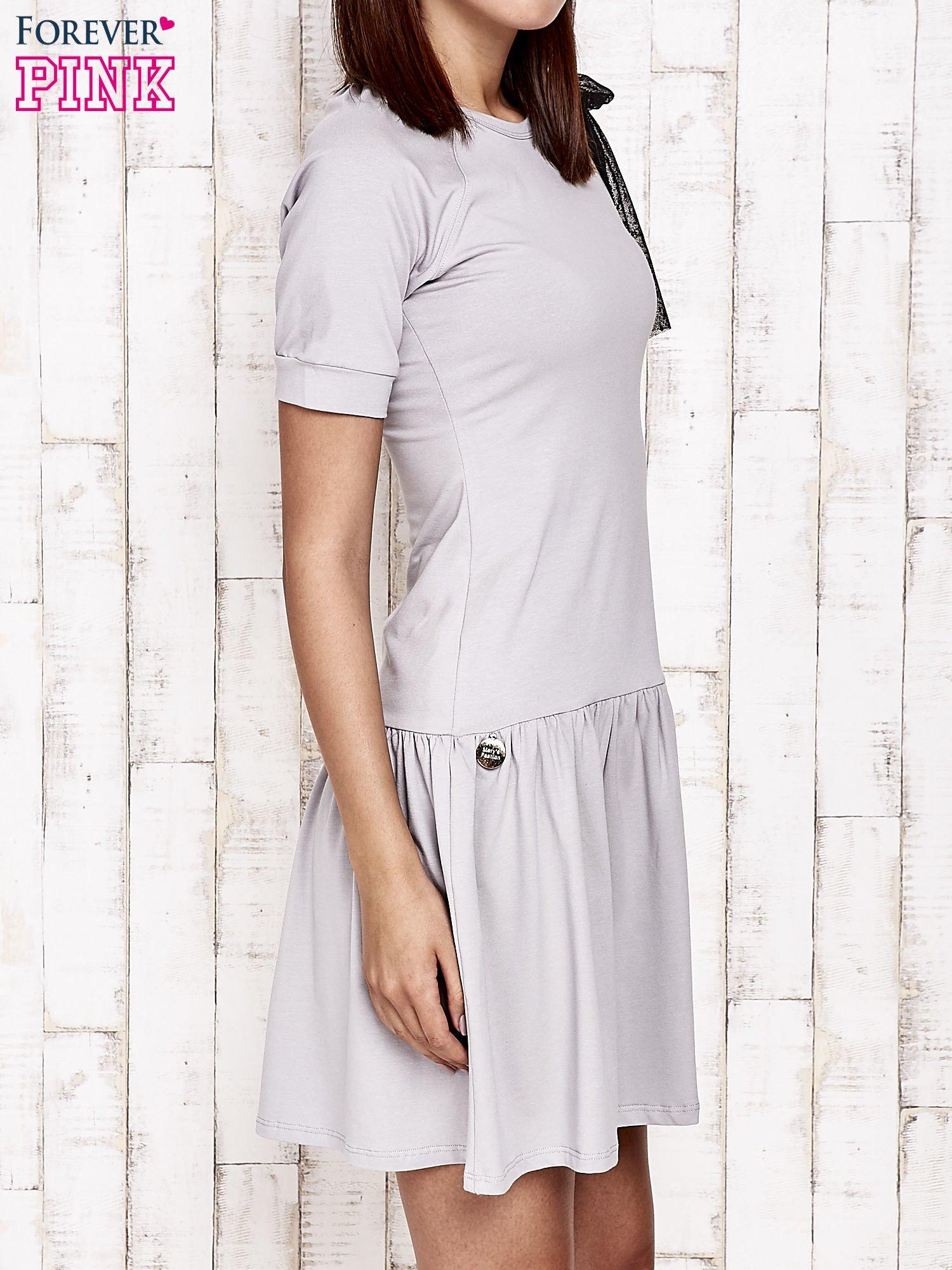 Szara sukienka dresowa z kokardą z tiulu                                  zdj.                                  3