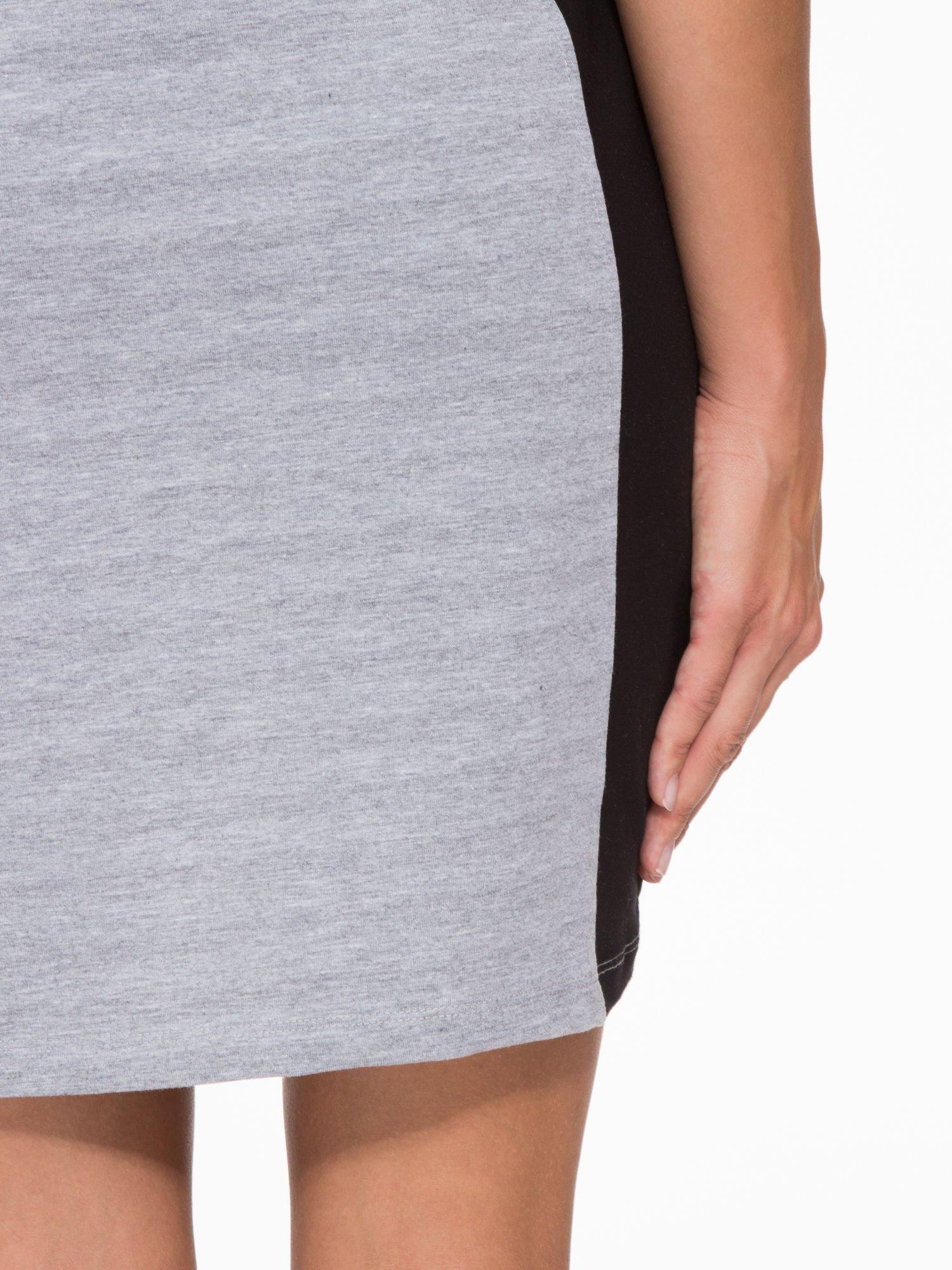 Szara sukienka z czarnymi modułami po bokach                                  zdj.                                  9