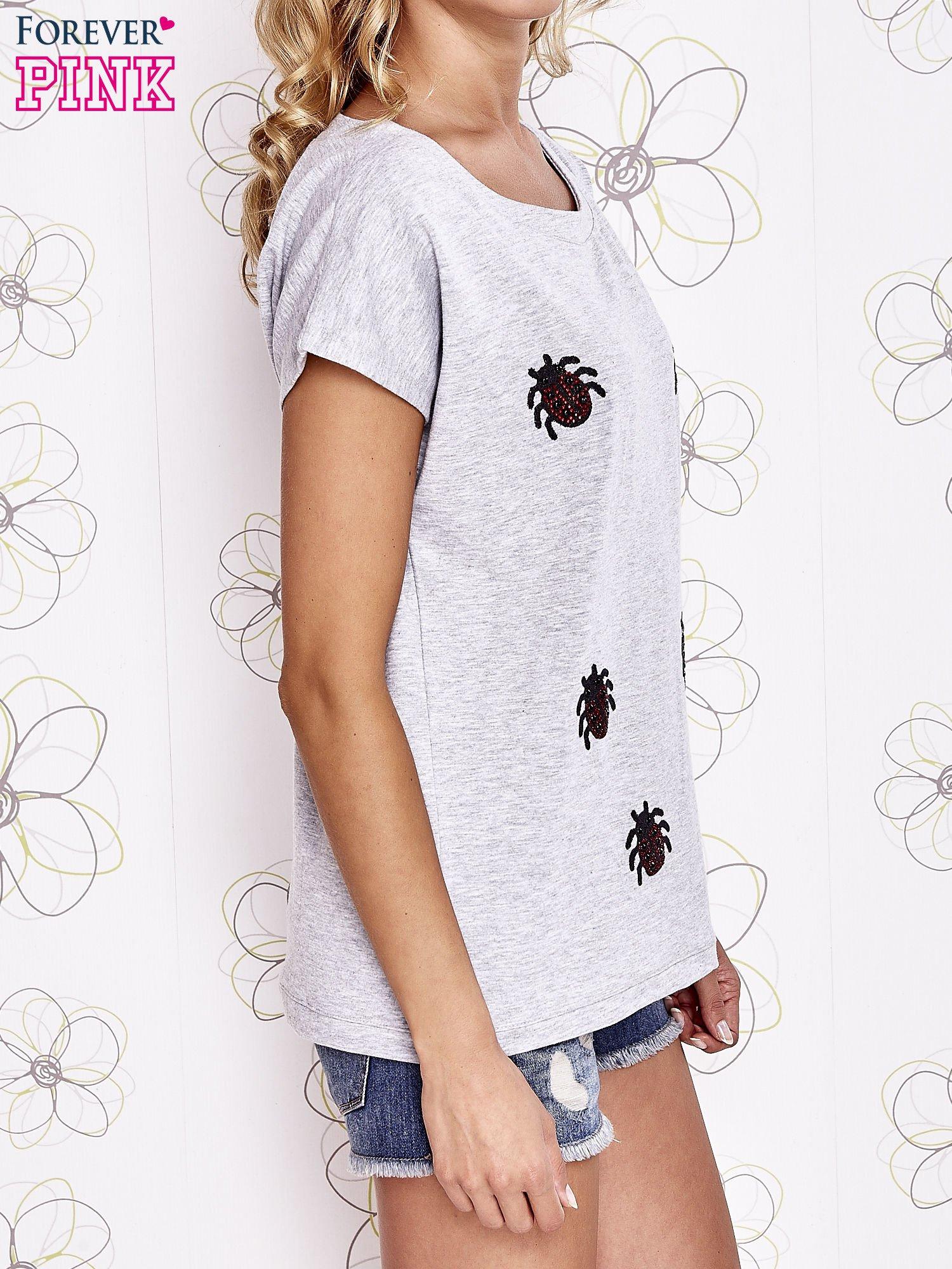 Szara t-shirt z aplikacją owadów                                  zdj.                                  3