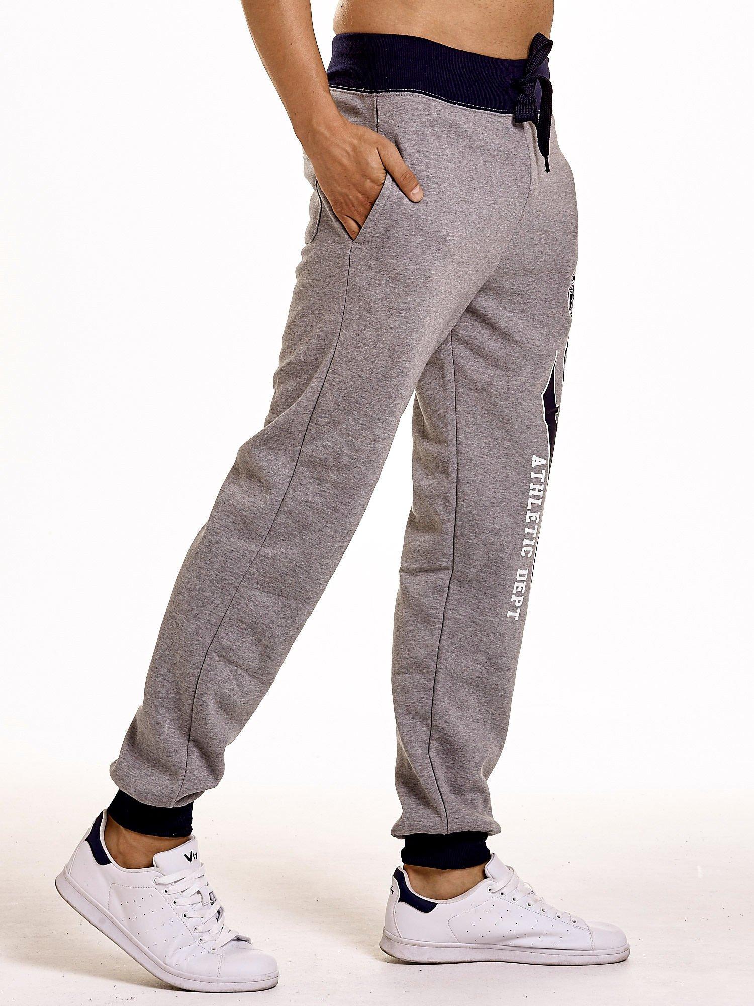 Szare dresowe spodnie męskie z napisem CALIFORNIA i naszywką                                  zdj.                                  3