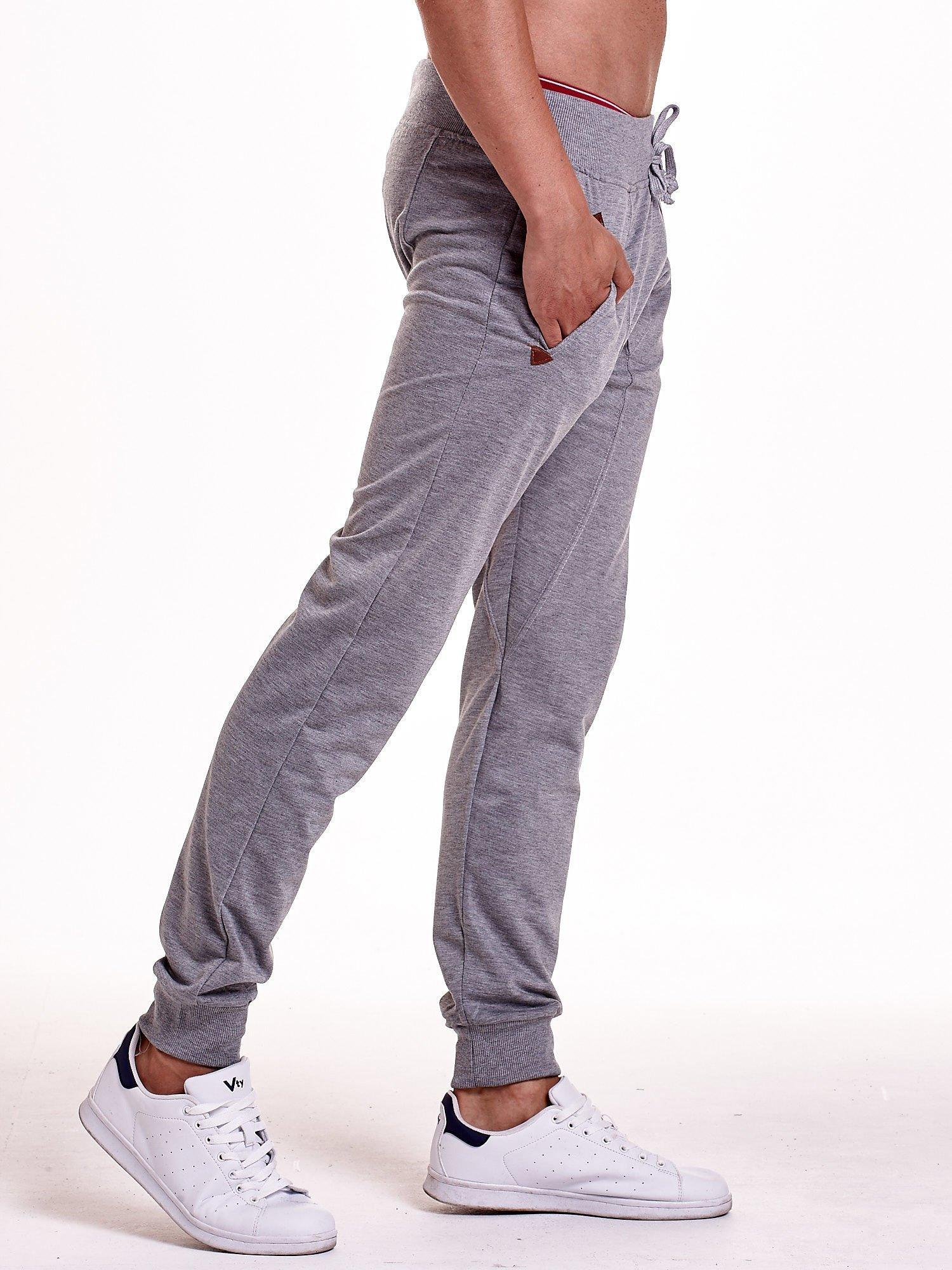 Szare gładkie spodnie męskie ze skórzanymi wstawkami                                  zdj.                                  3