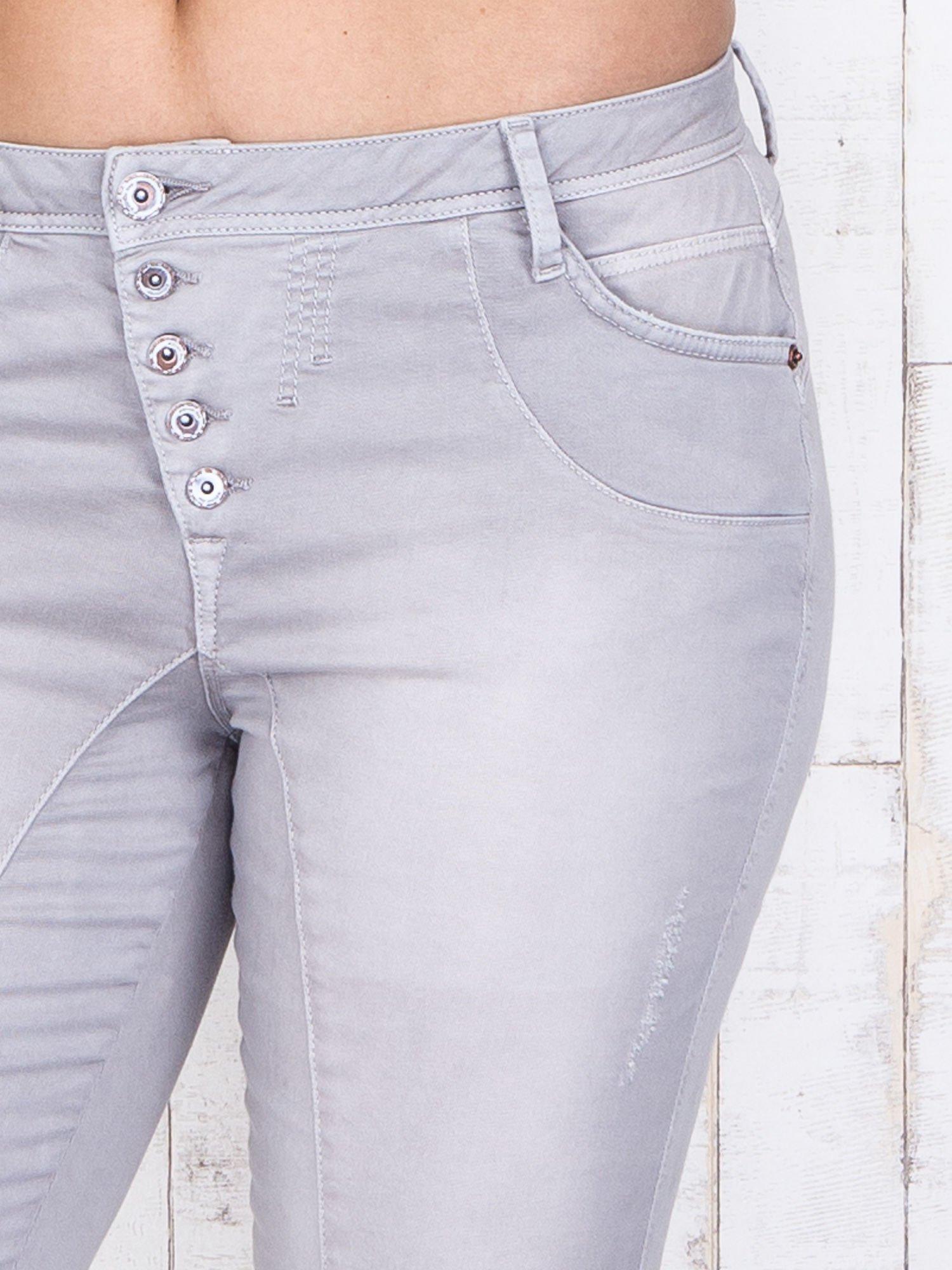 Szare jeansowe spodnie slim z przetarciami PLUS SIZE                                  zdj.                                  4