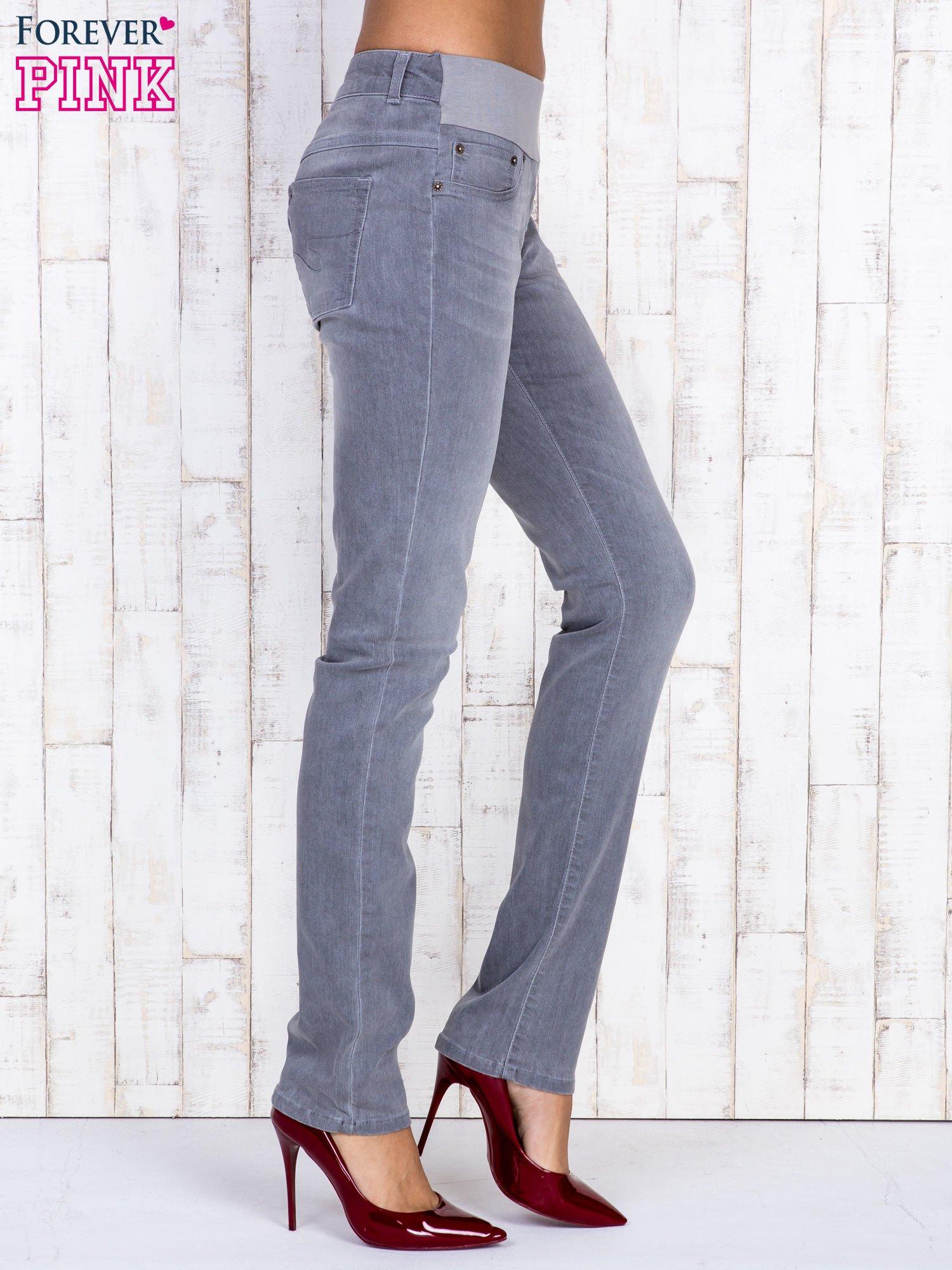 Szare jeansowe spodnie z przetarciami i na gumkę w pasie                                  zdj.                                  2