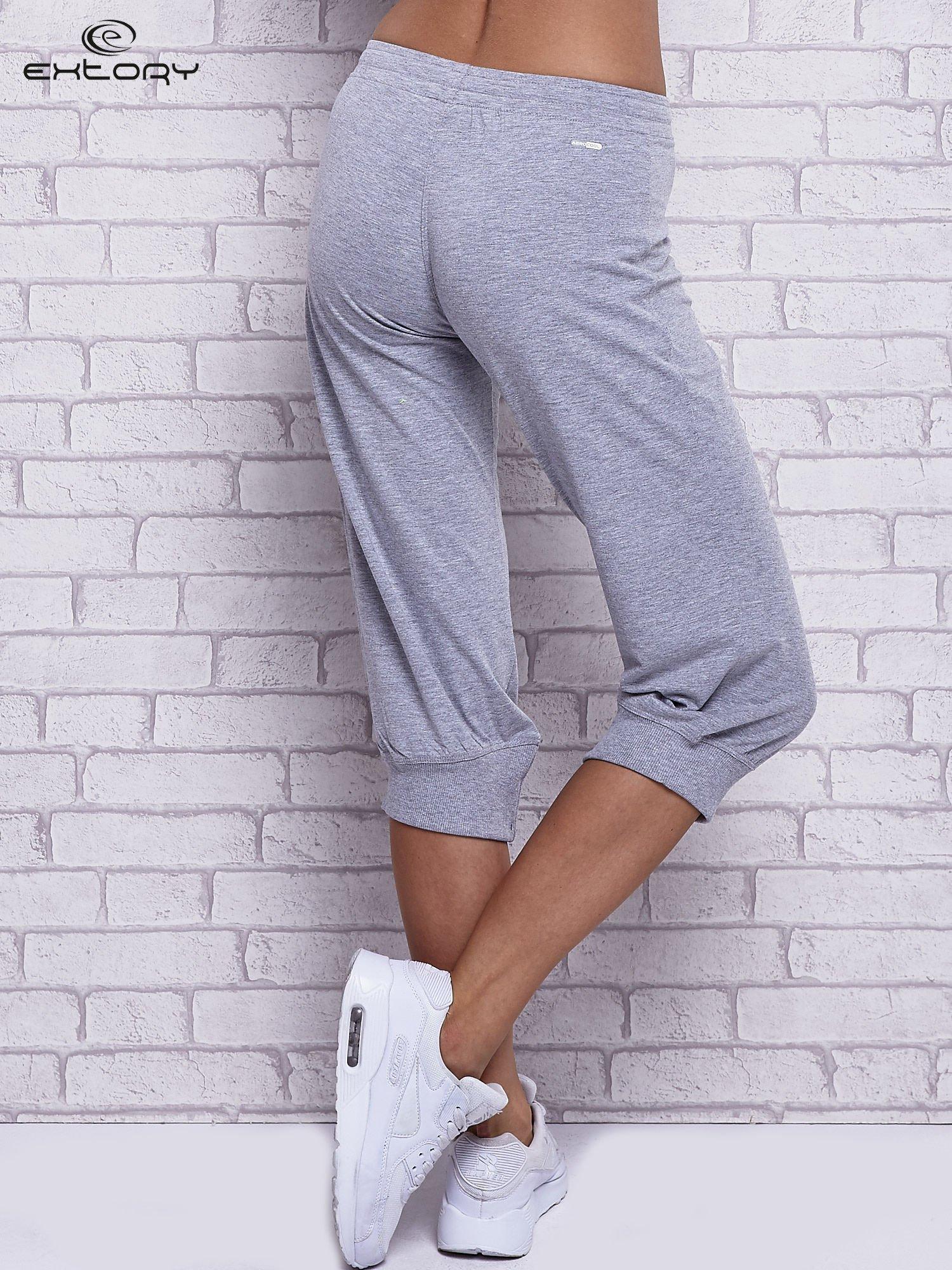 Szare spodnie capri z wszytą kieszonką                                  zdj.                                  2