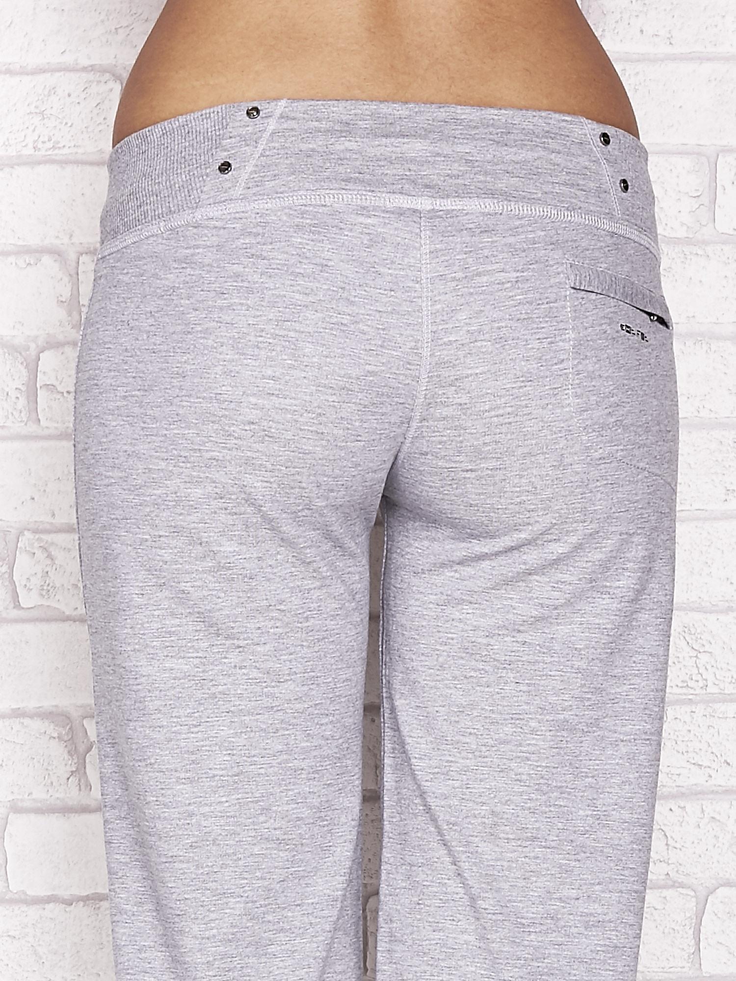 Szare spodnie dresowe capri z kieszonką na suwak                                  zdj.                                  6