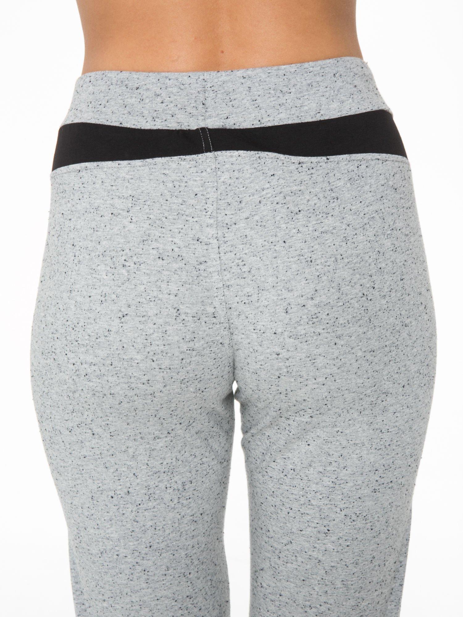 Szare spodnie dresowe damskie z suwakiem i kontrastowymi wstawkami po bokach                                  zdj.                                  10