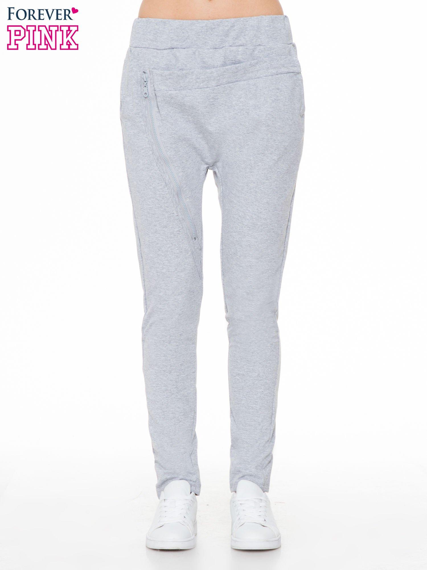 Szare spodnie dresowe typu baggy z ozdobnym zamkiem                                  zdj.                                  1