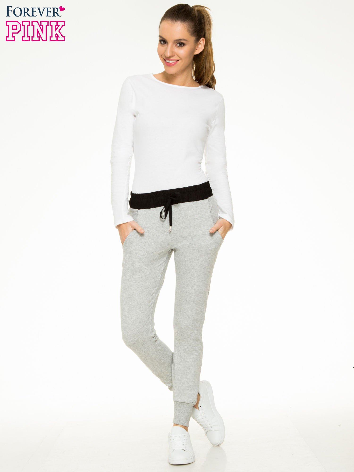 Szare spodnie dresowe z elastycznym kontrastowym pasem                                  zdj.                                  2