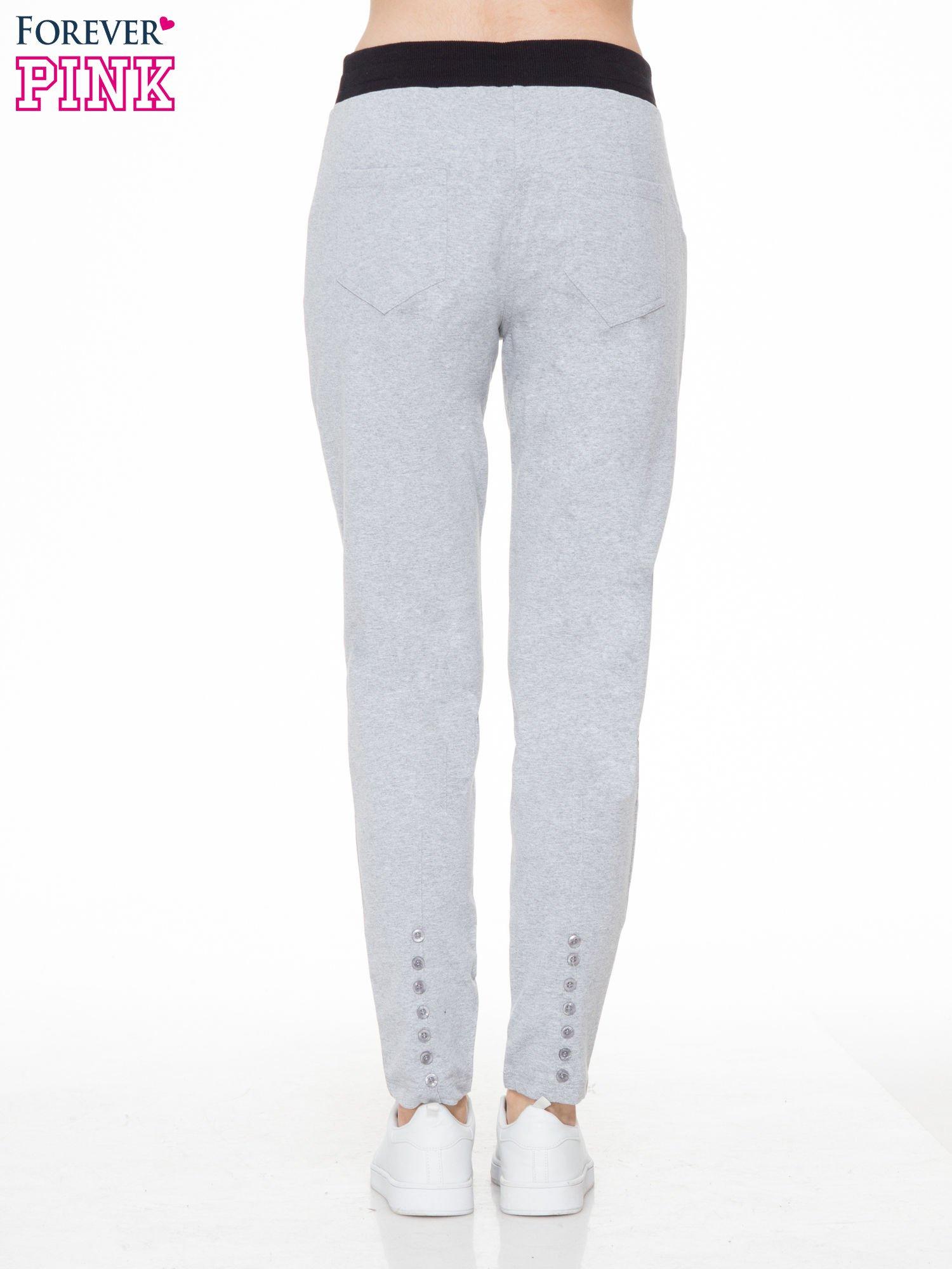 Szare spodnie dresowe z guziczkami na nogawkach                                  zdj.                                  4