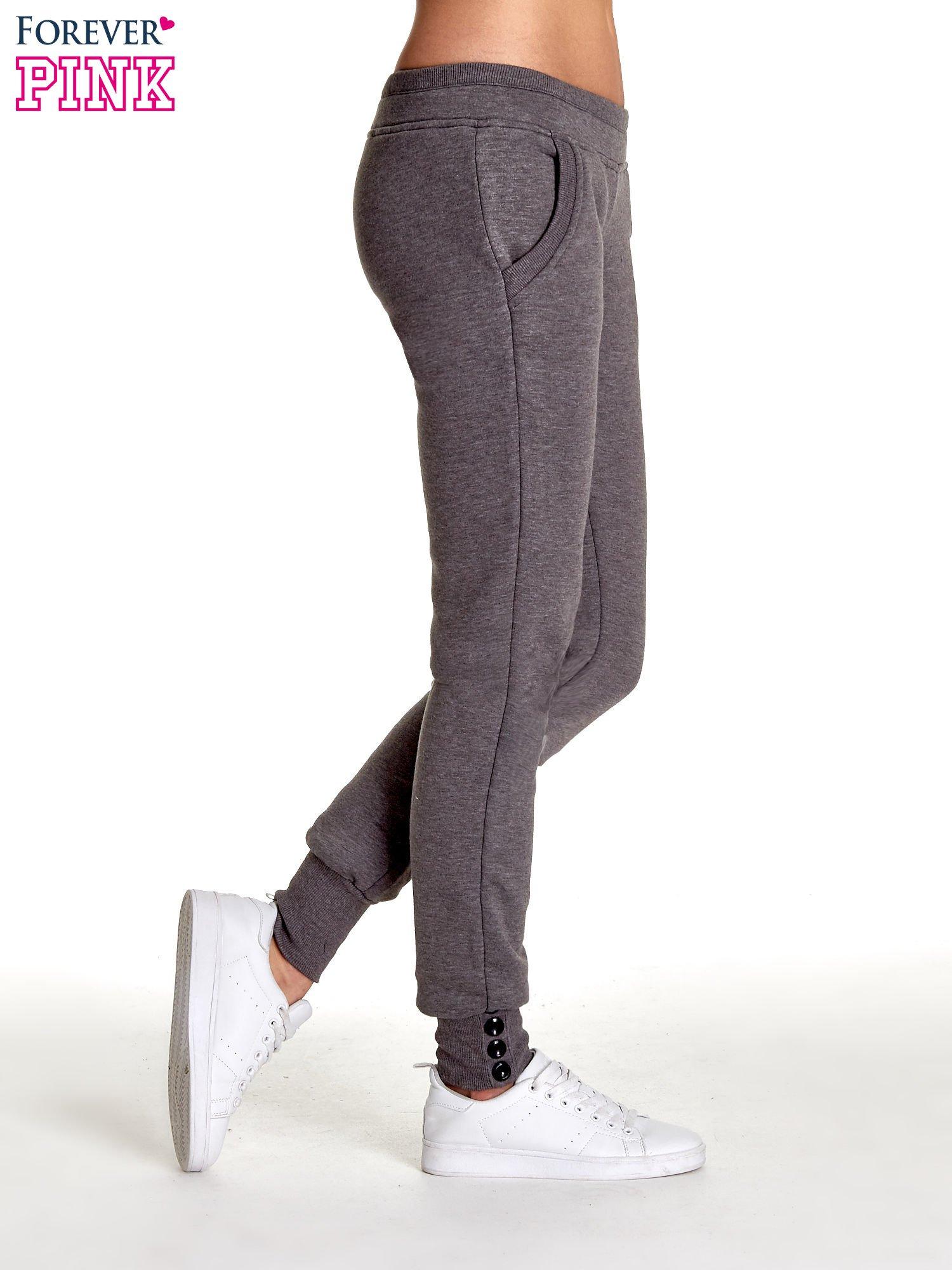 Szare spodnie dresowe z guziczkami przy ściągaczu                                  zdj.                                  3