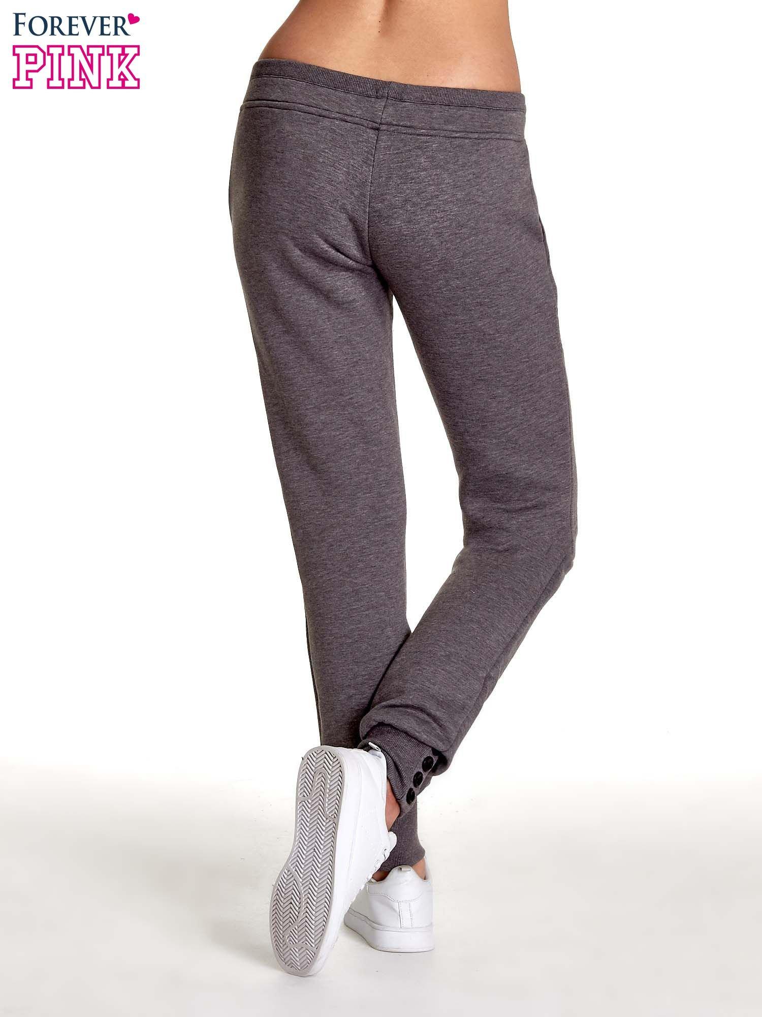 Szare spodnie dresowe z guziczkami przy ściągaczu                                  zdj.                                  4