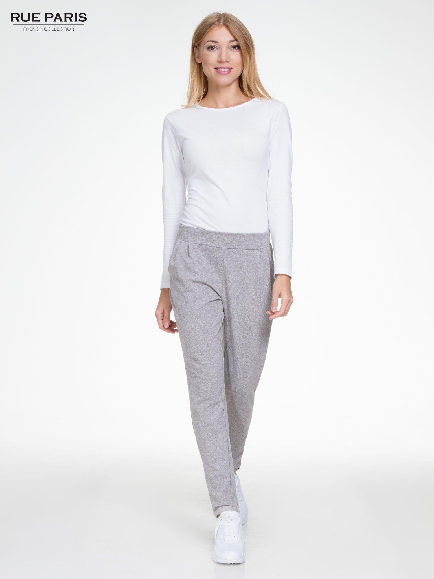 Szare spodnie dresowe z zakładkami przy kieszeniach                                  zdj.                                  2