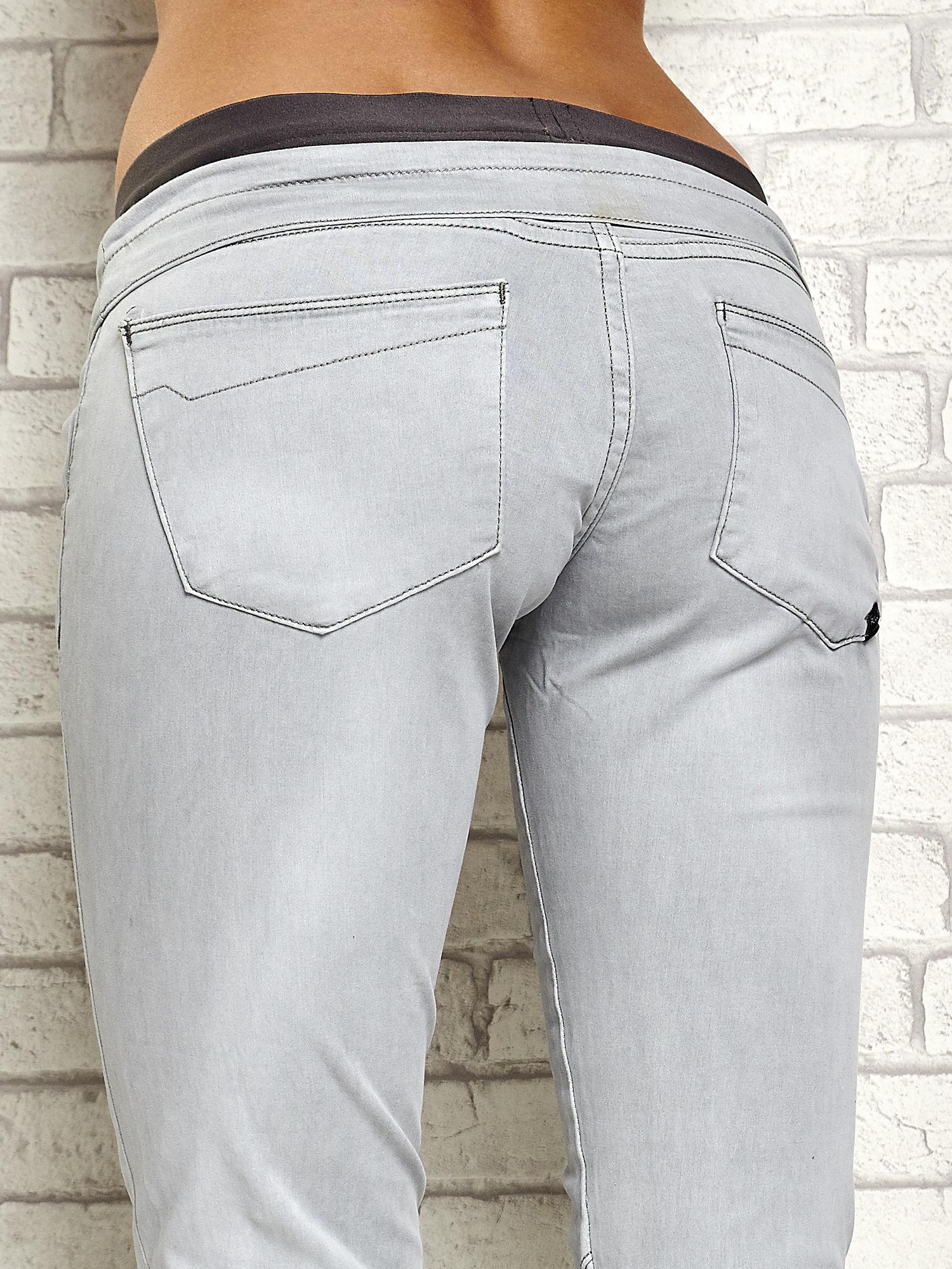 Szare spodnie z przeszyciami i fuksjową gumką w pasie                                  zdj.                                  6