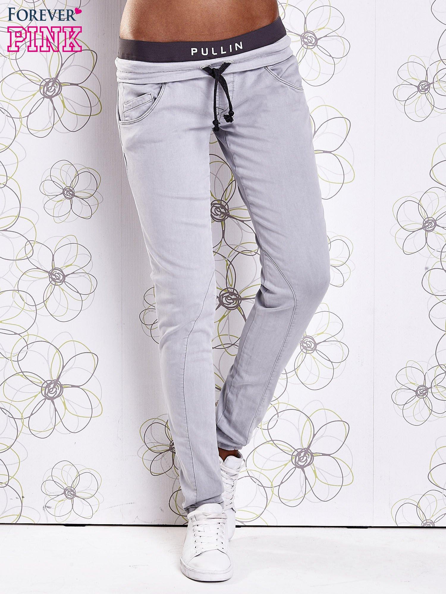 Szare spodnie z przeszyciami i kolorową gumką w pasie                                  zdj.                                  1