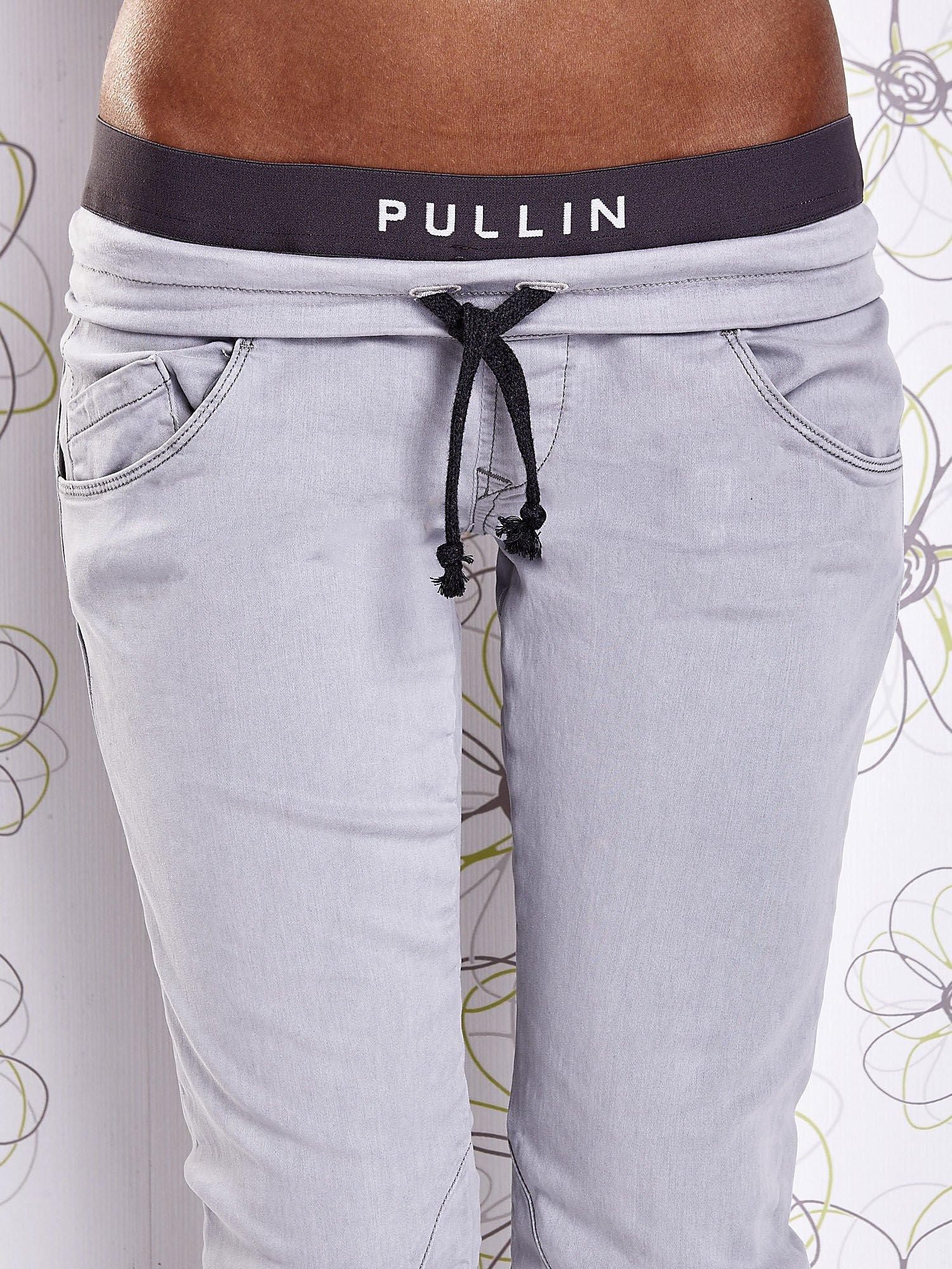 Szare spodnie z przeszyciami i kolorową gumką w pasie                                  zdj.                                  4