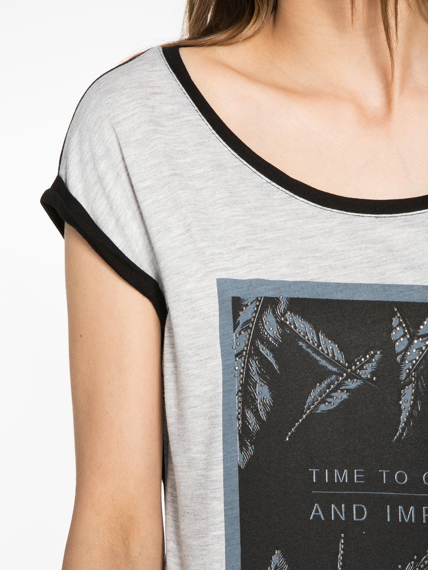 Szaro-czarny t-shirt  z nadrukiem piórek                                  zdj.                                  5