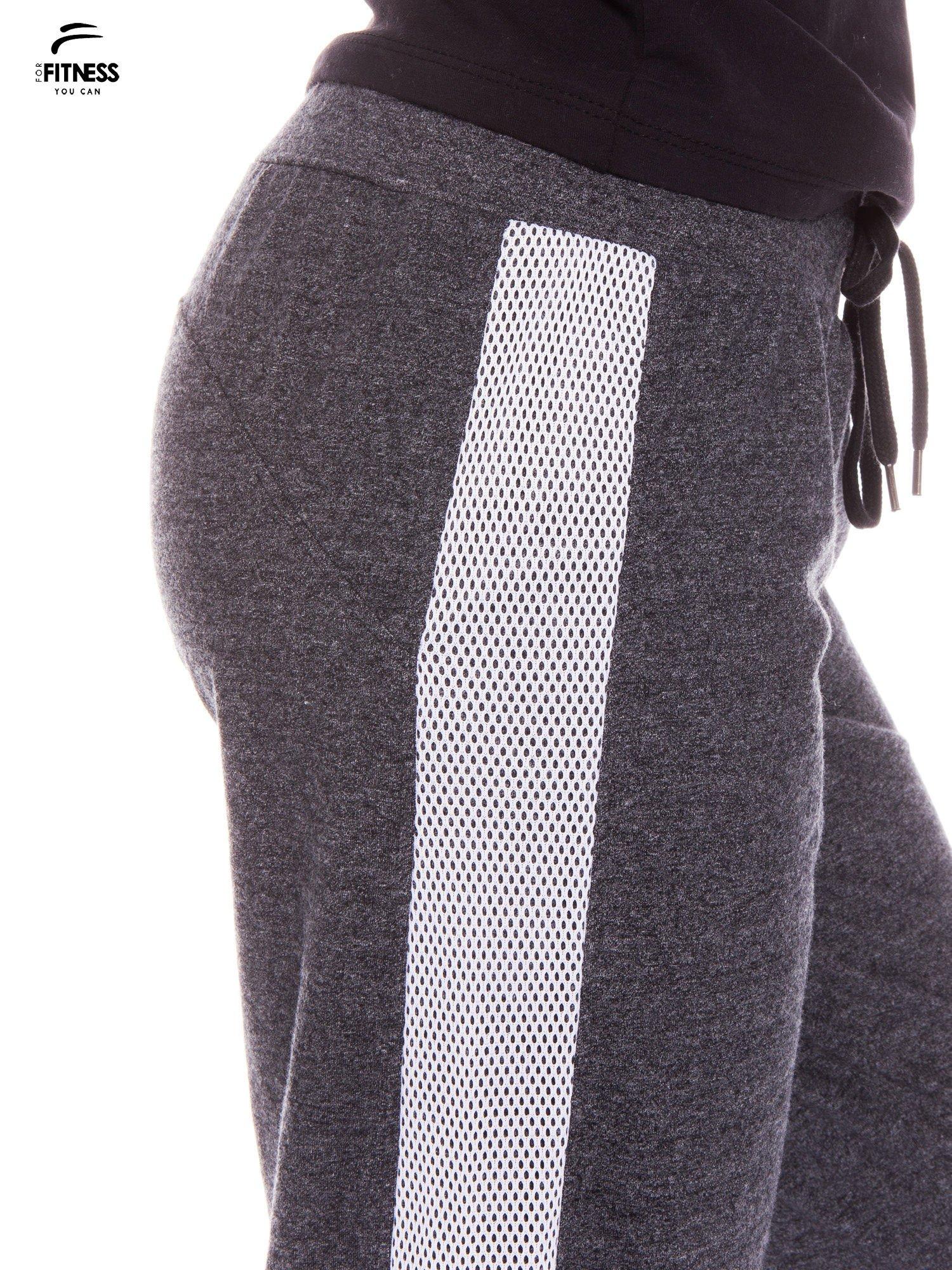 Szaromelanżowe spodnie dresowe z białymi lampasami z siateczki                                  zdj.                                  5