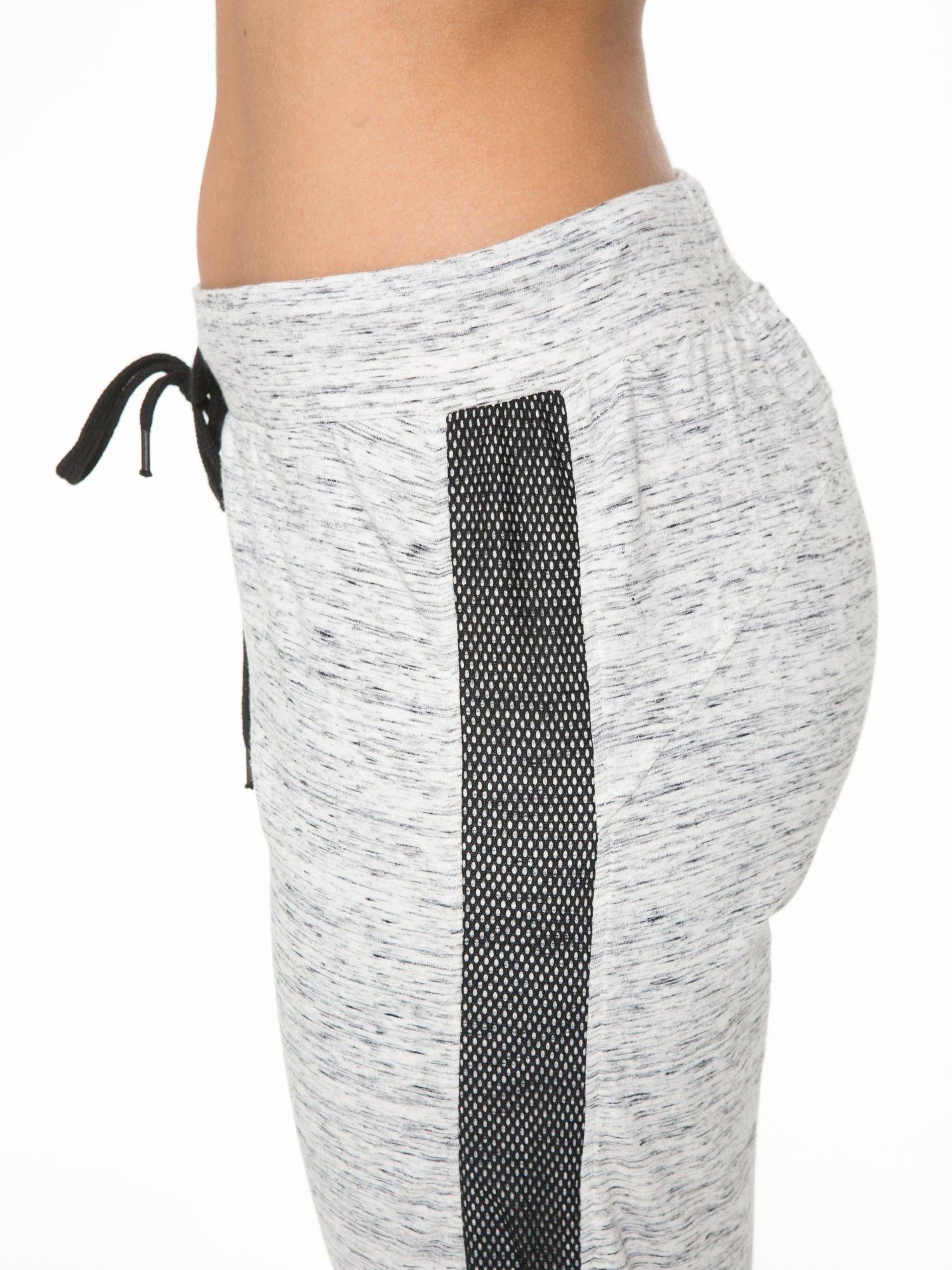 Szaromelanżowe spodnie dresowe z czarnymi lampasami z siateczki                                  zdj.                                  9