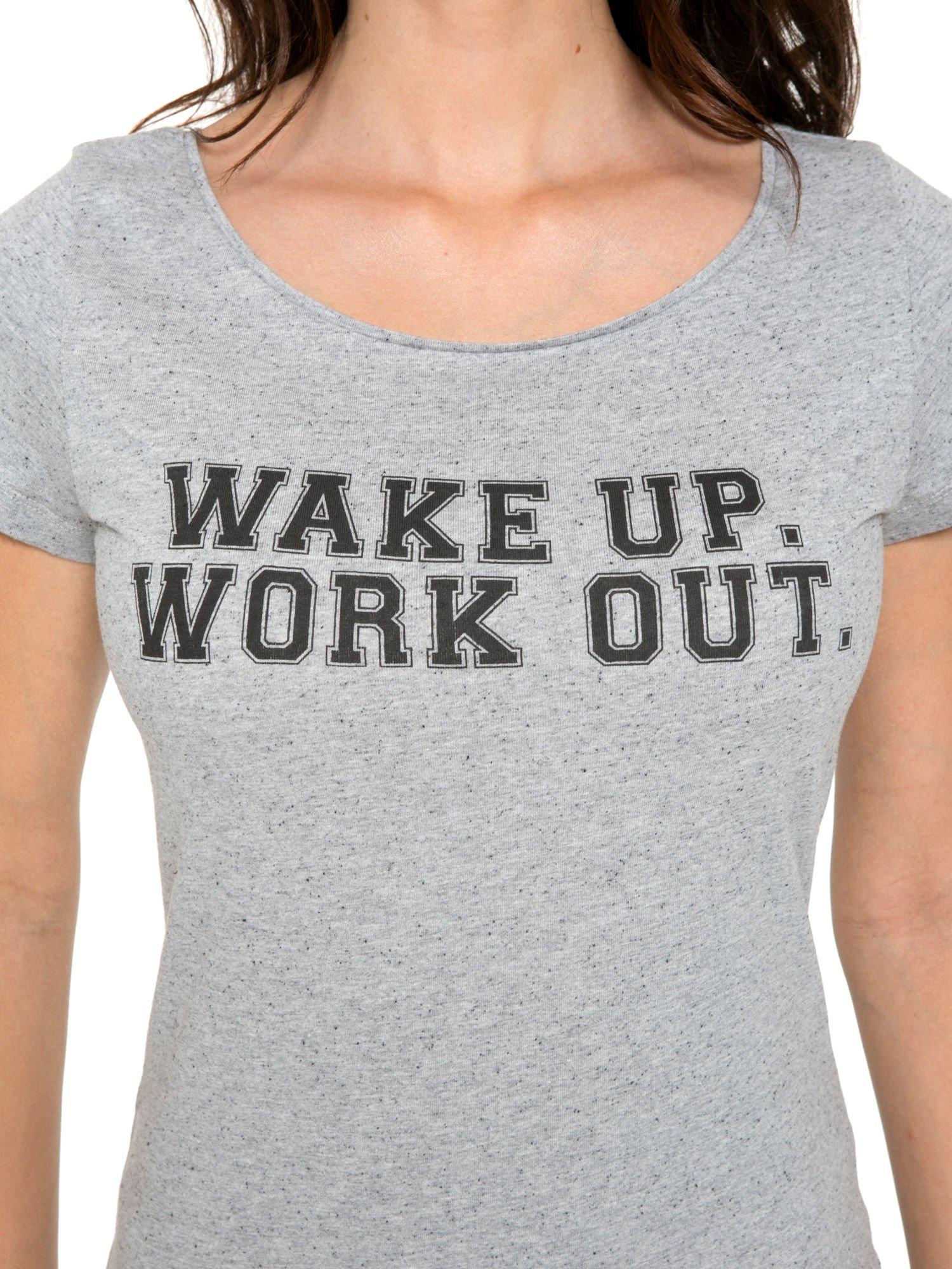 Szary bawełniany t-shirt z nadrukiem tekstowym WAKE UP WORK OUT                                  zdj.                                  7