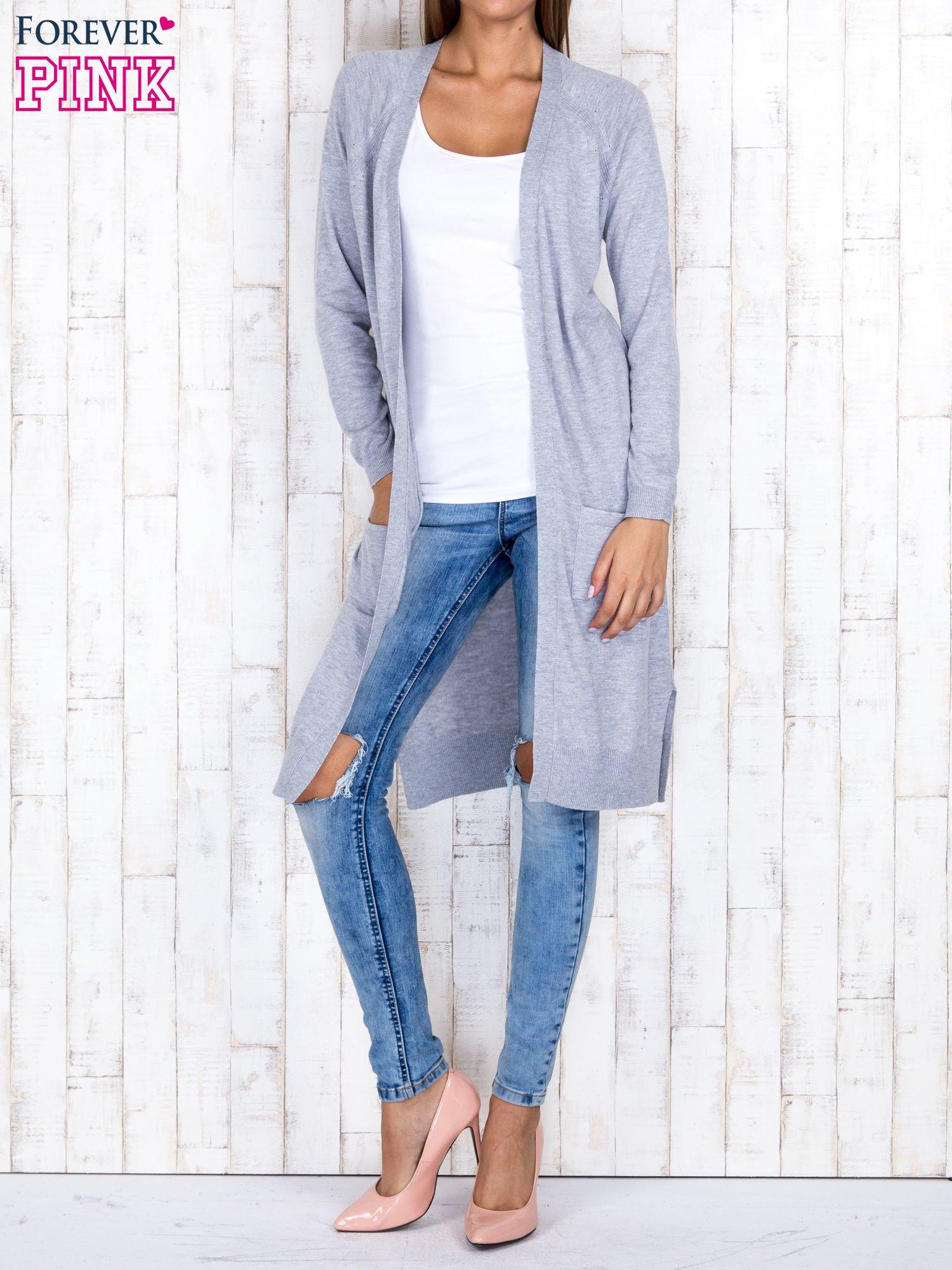 Szary długi sweter z ażurowym zdobieniem szwów                                  zdj.                                  2