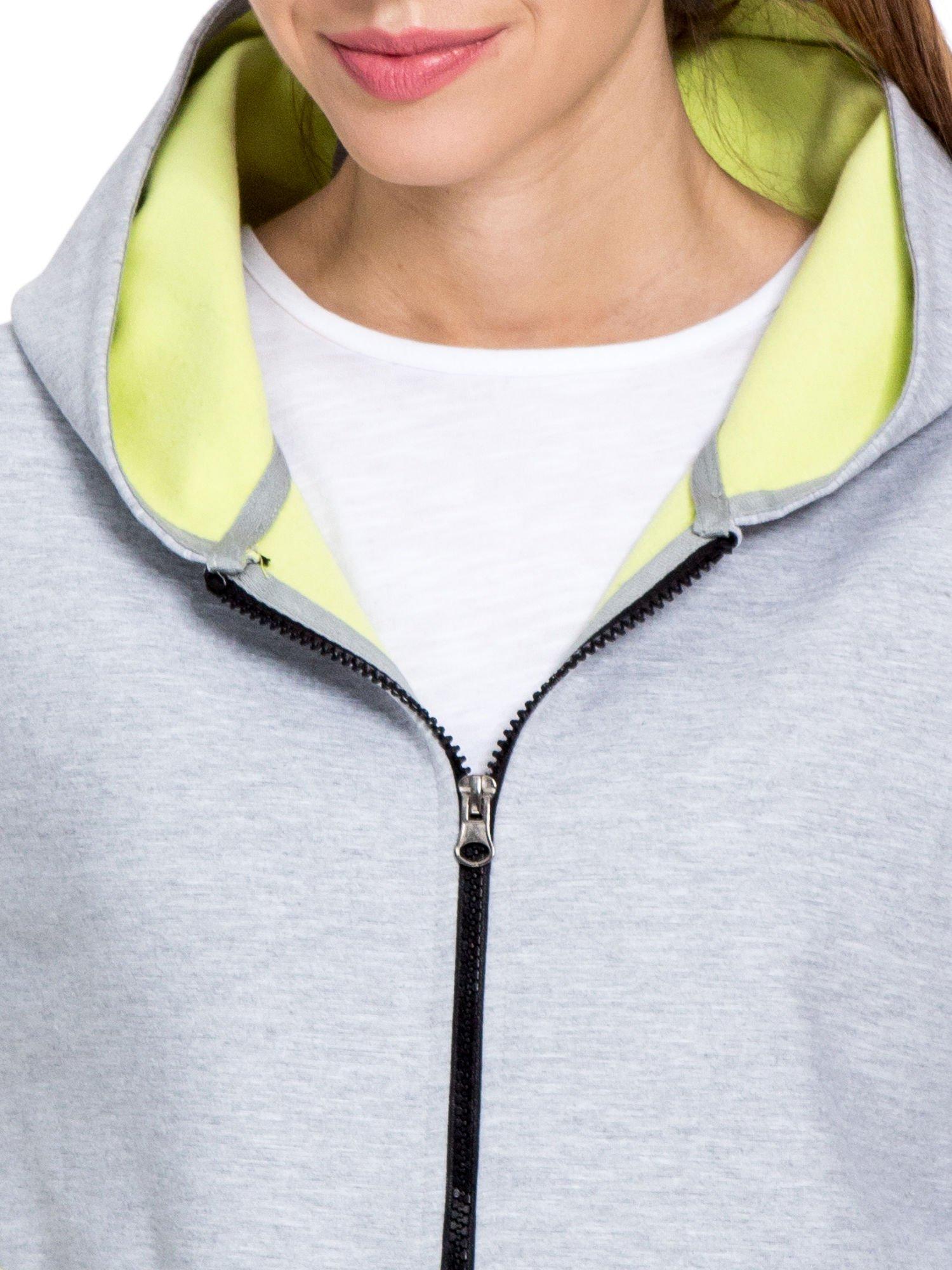 Szary dresowy płaszcz oversize z zieloną podszewką                                  zdj.                                  6
