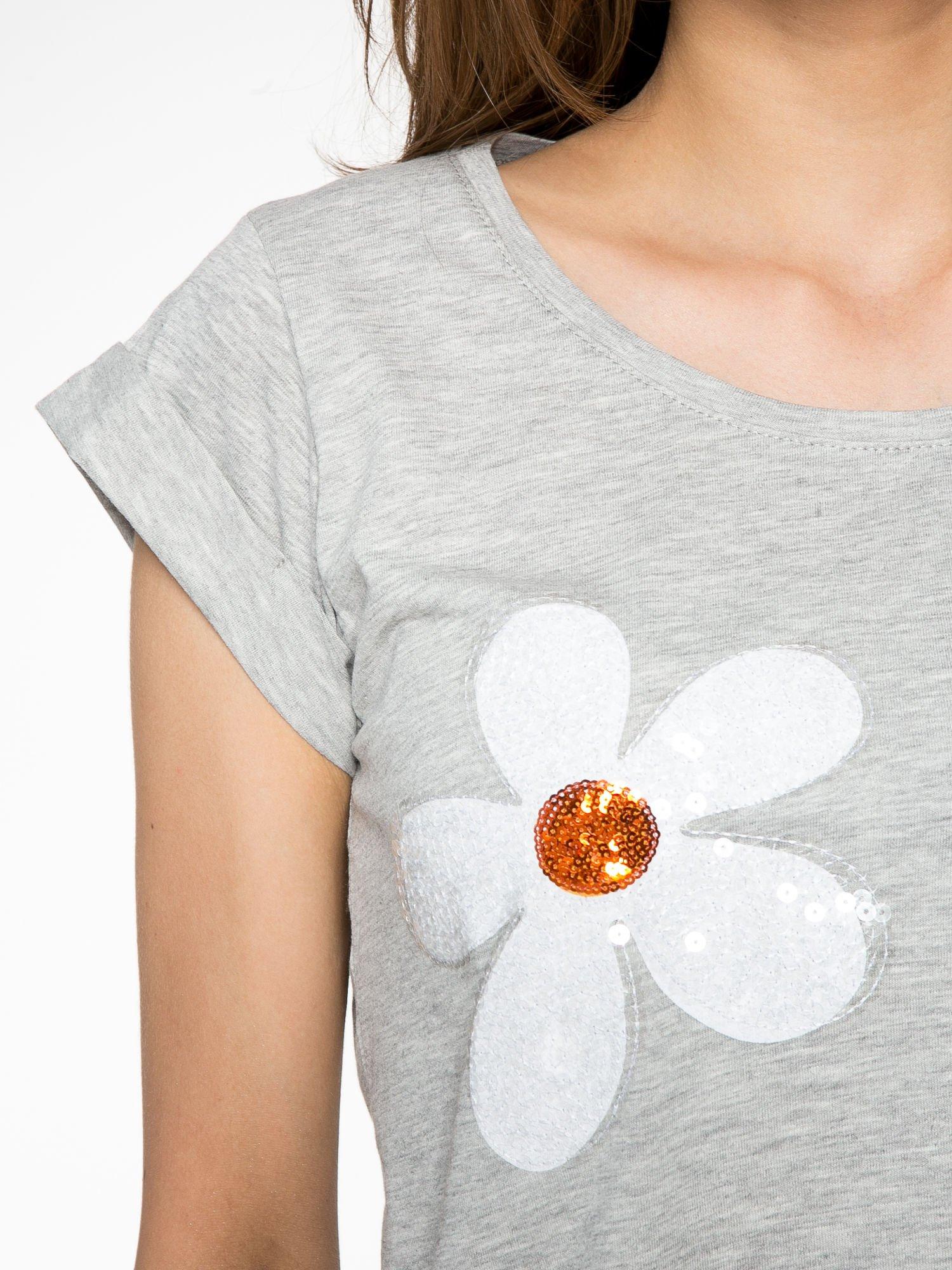Szary krótki t-shirt z kwiatkami z cekinów                                  zdj.                                  5