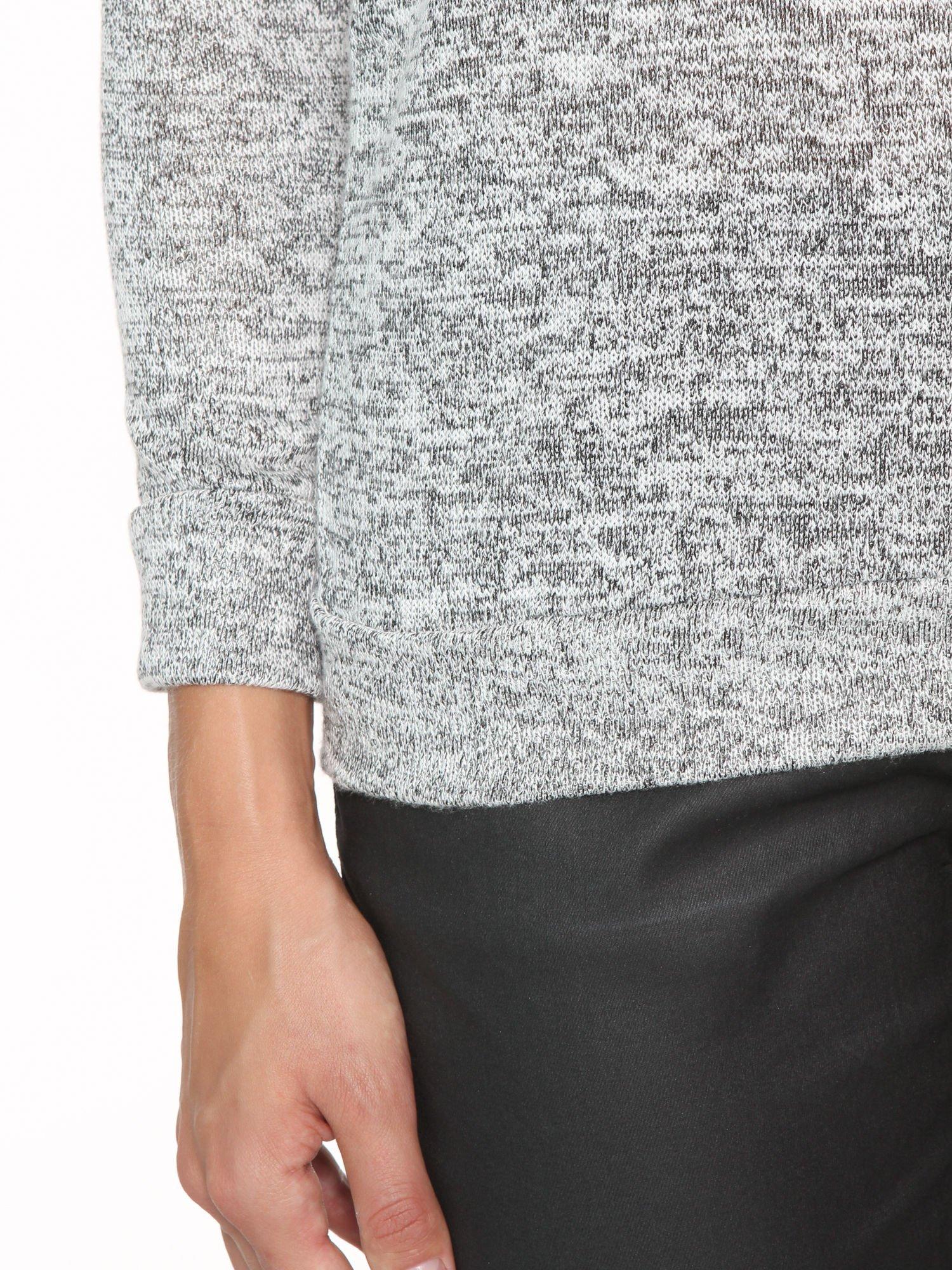 Szary melanżowy sweter z kontrastowymi wstawkami przy dekolcie                                  zdj.                                  7