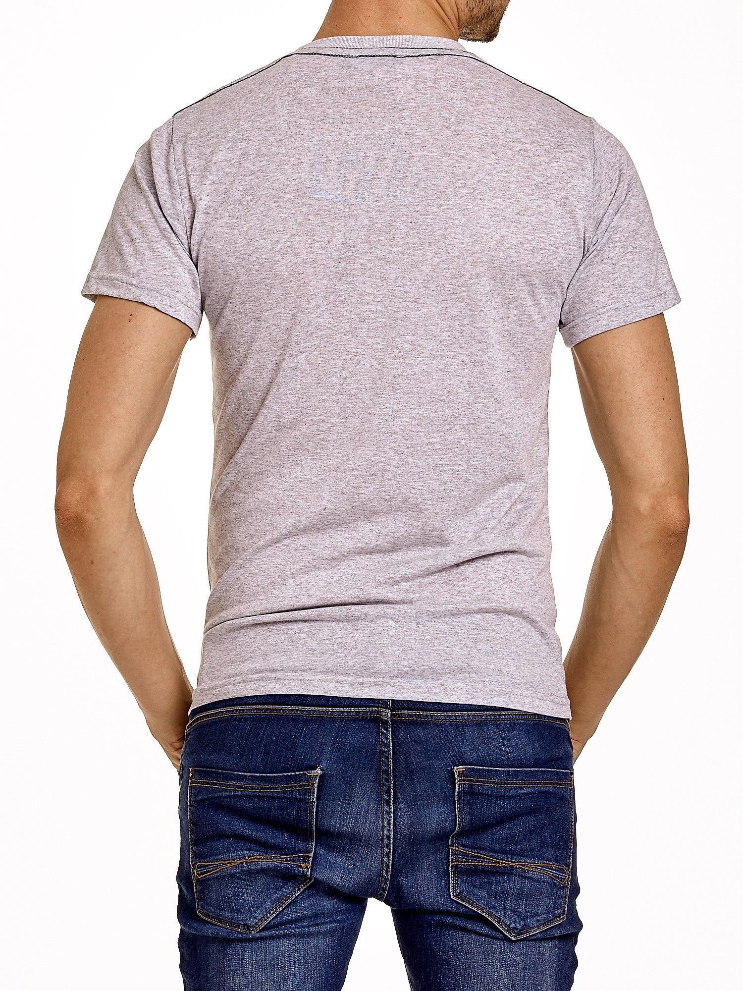 Szary t-shirt męski ze sportowym nadrukiem i napisami                                  zdj.                                  5