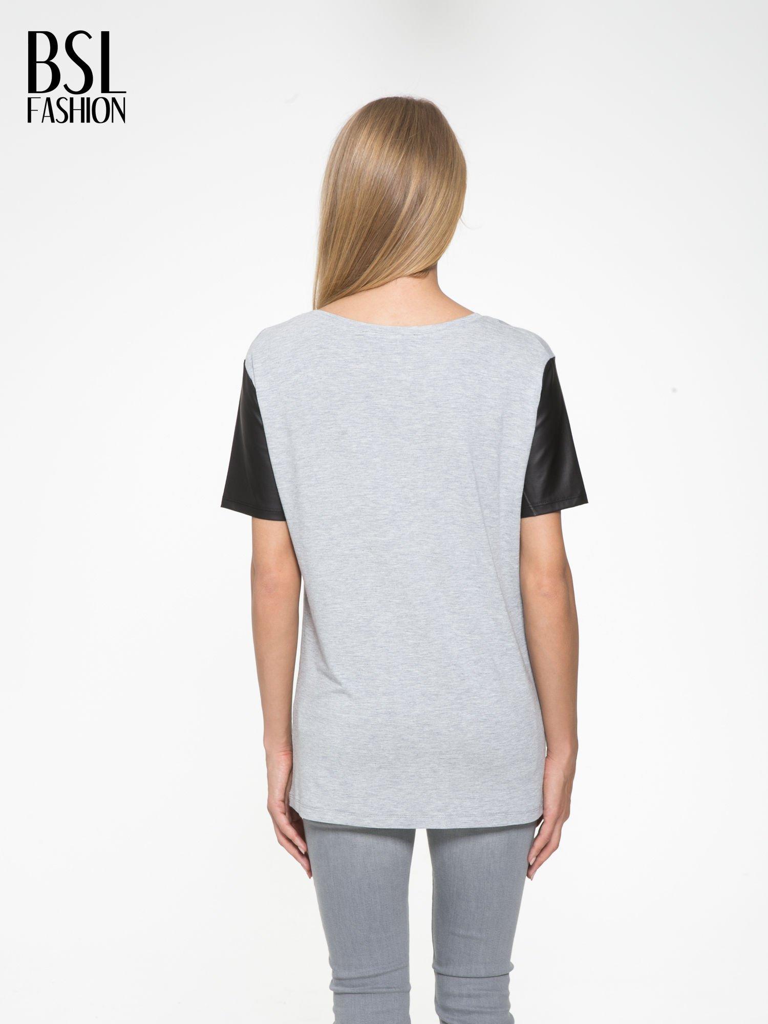 Szary t-shirt z czarnymi skórzanymi rękawami                                  zdj.                                  4
