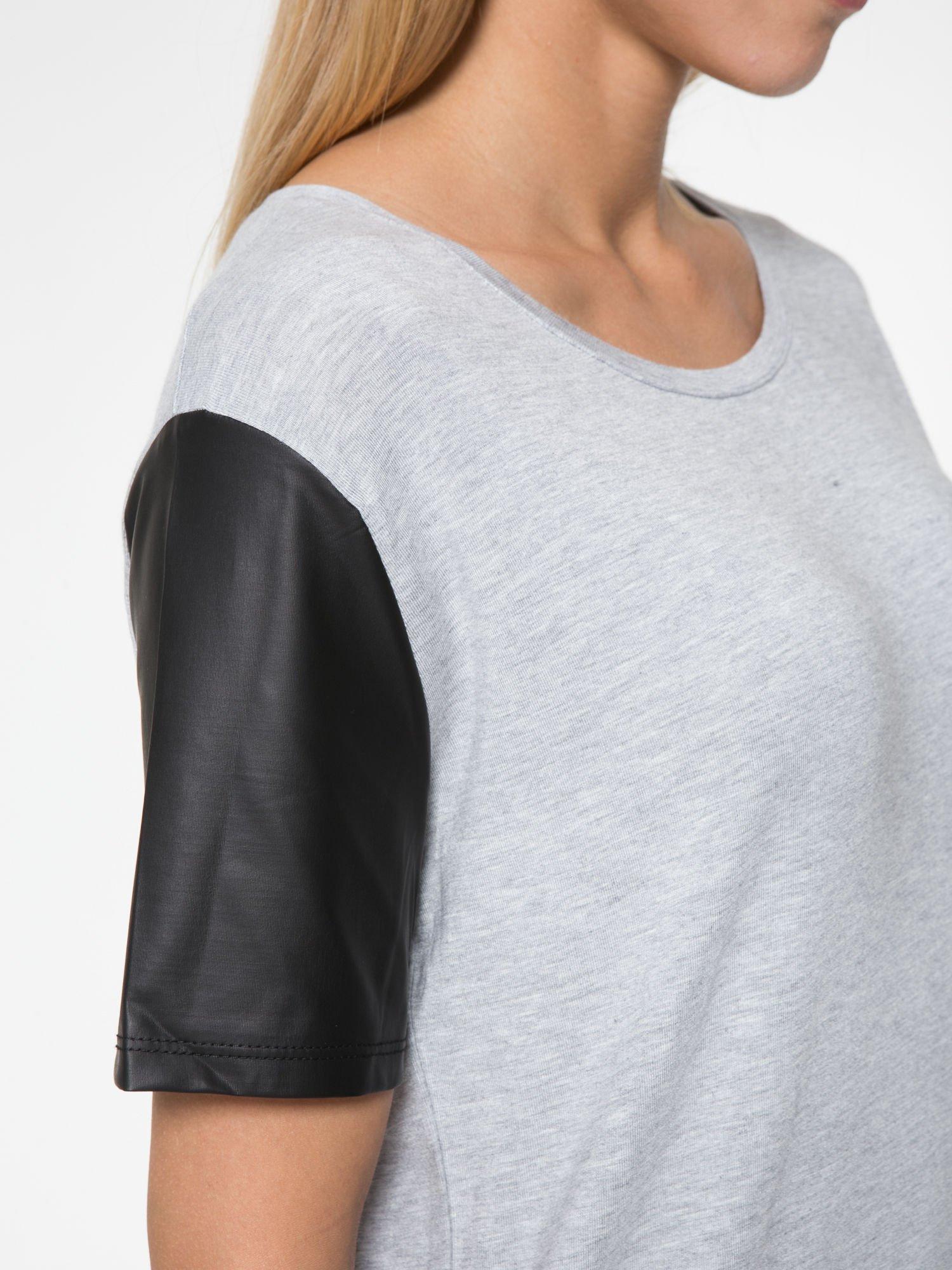 Szary t-shirt z czarnymi skórzanymi rękawami                                  zdj.                                  8