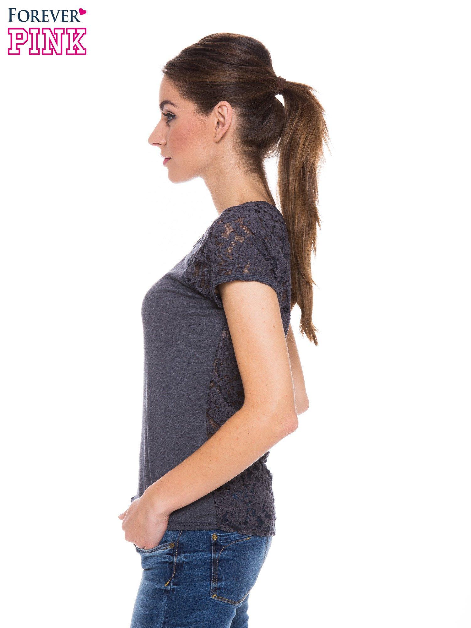 Szary t-shirt z koronkowymi plecami i rękawkami                                  zdj.                                  2