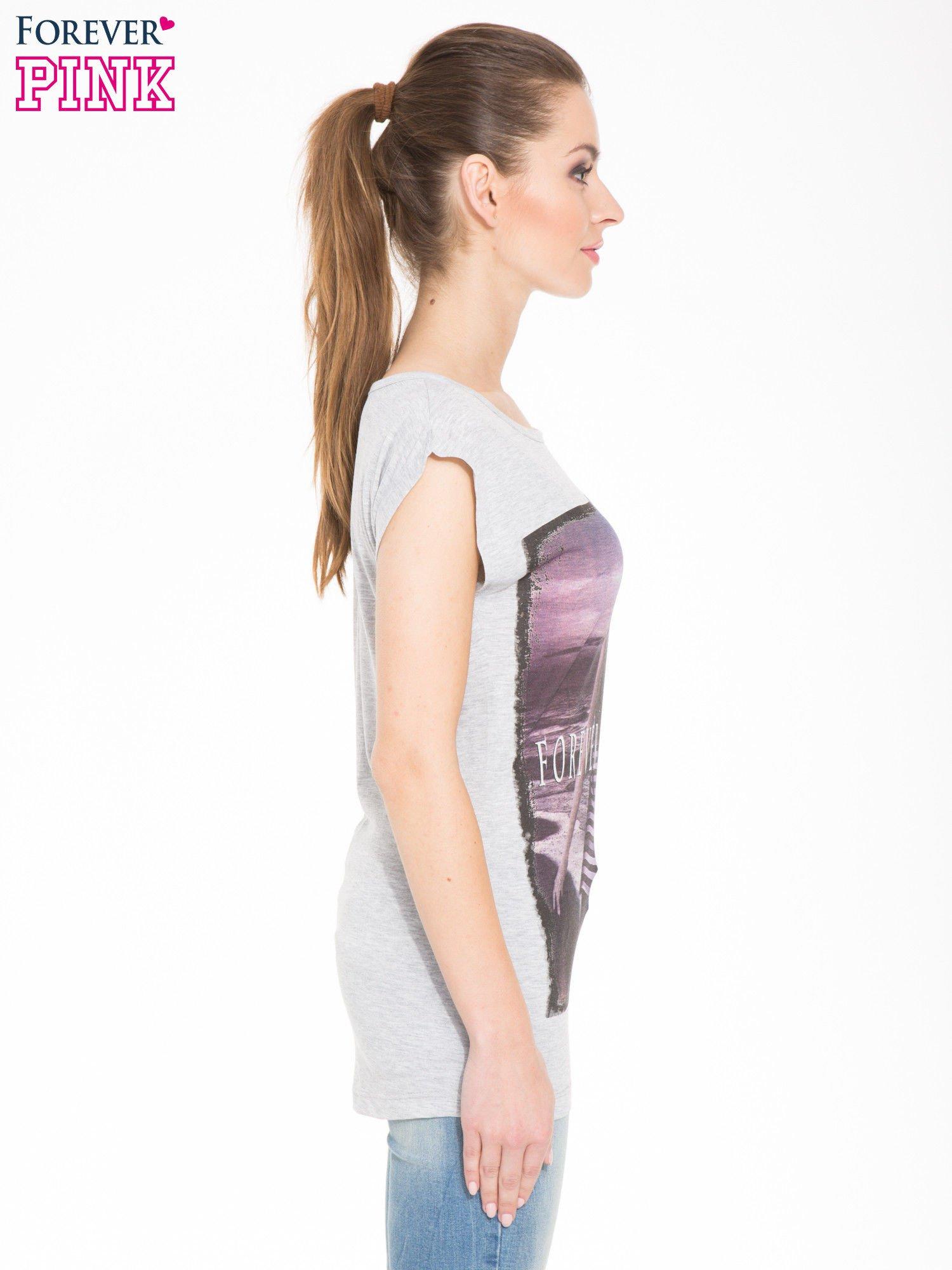 Szary t-shirt z nadrukiem dziewczyny w blogerskim stylu                                  zdj.                                  2