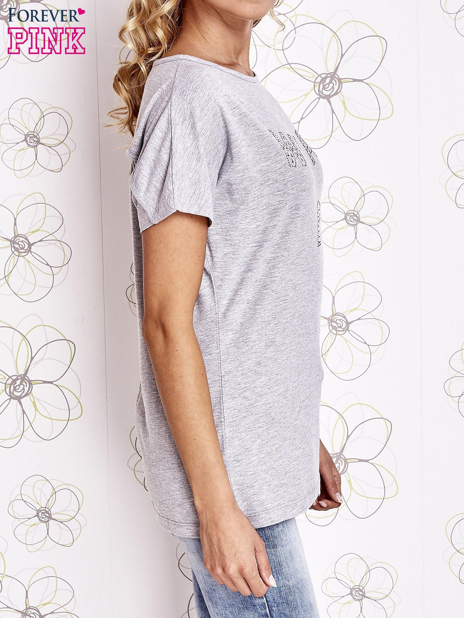 Szary t-shirt z napisem i trójkątnym wycięciem na plecach                                  zdj.                                  3