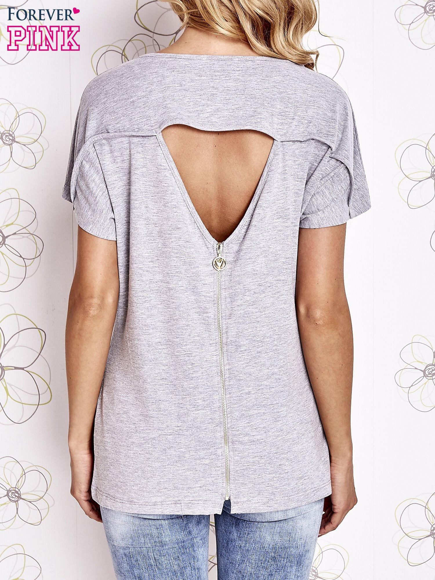 Szary t-shirt z napisem i trójkątnym wycięciem na plecach                                  zdj.                                  2