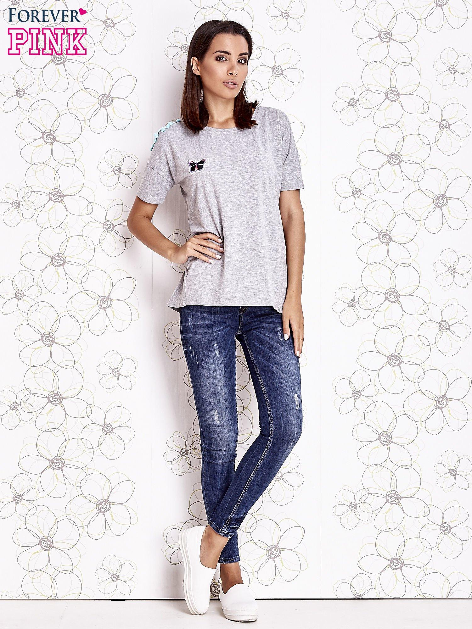 Szary t-shirt z naszywką motyla i pomponami                                  zdj.                                  2