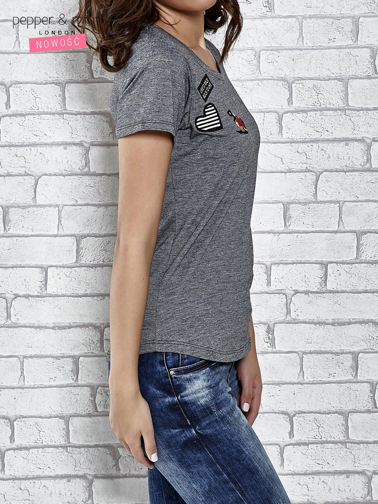 Szary t-shirt z naszywkami                                  zdj.                                  3