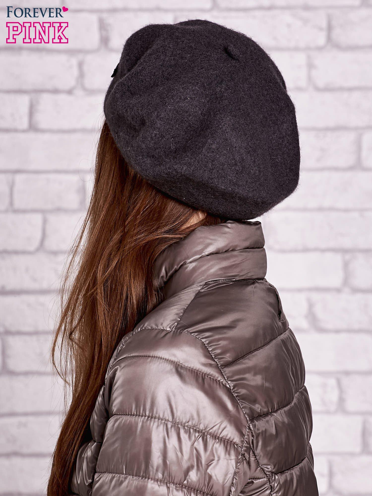 Szary wełniany beret z błyszczącą aplikacją                                  zdj.                                  2