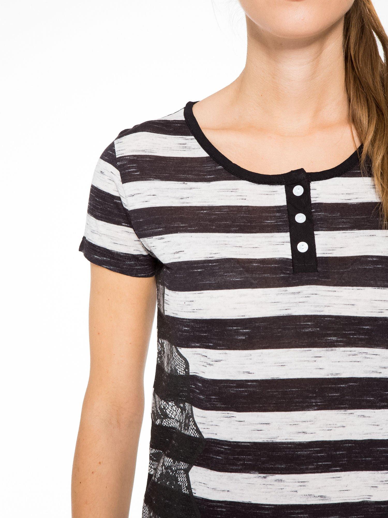 T-shirt w biało-czarne paski z koronkowymi wstawkami                                  zdj.                                  6