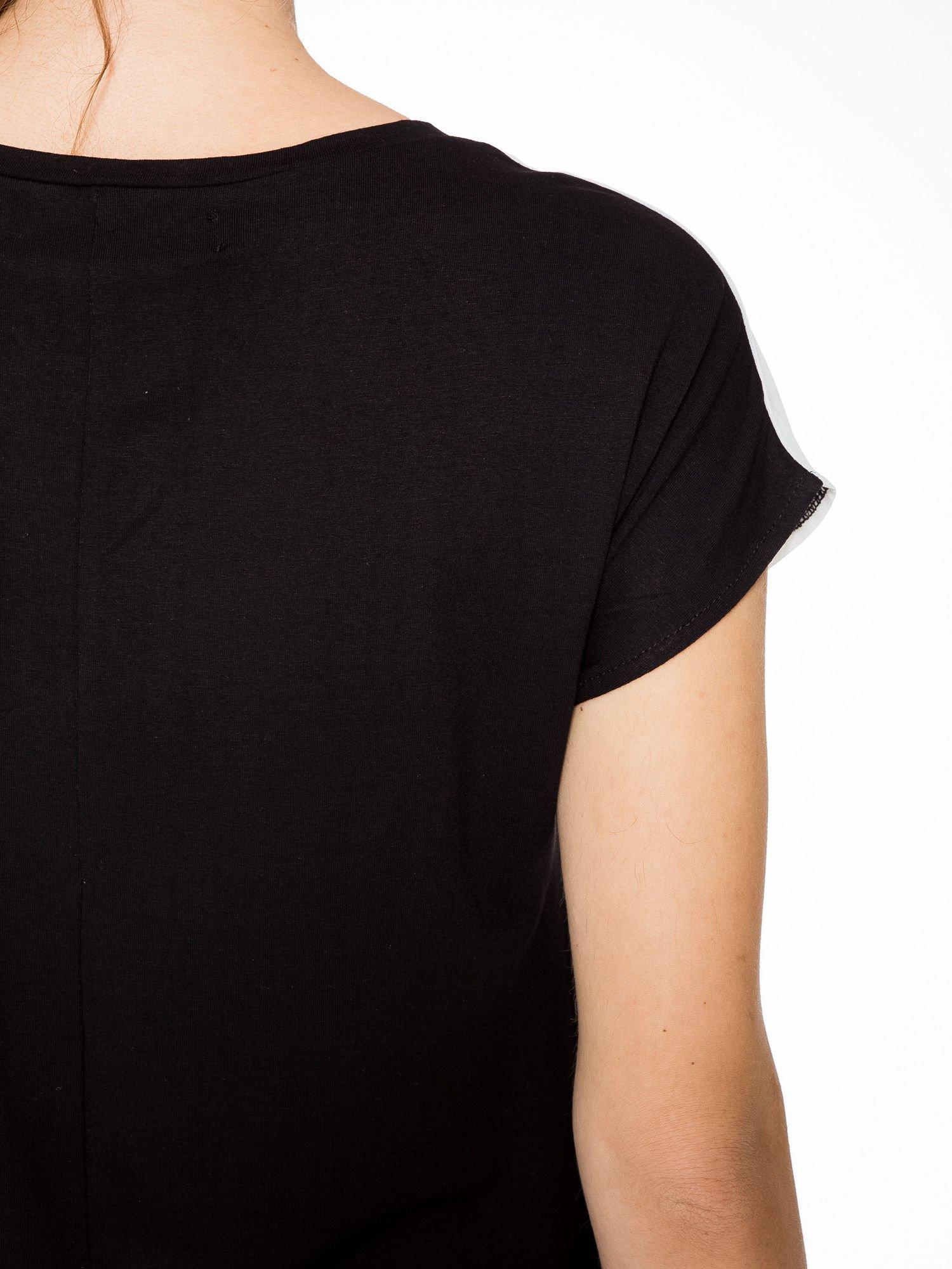 T-shirt z nadrukiem w stylu glam i czarnym tyłem                                  zdj.                                  9
