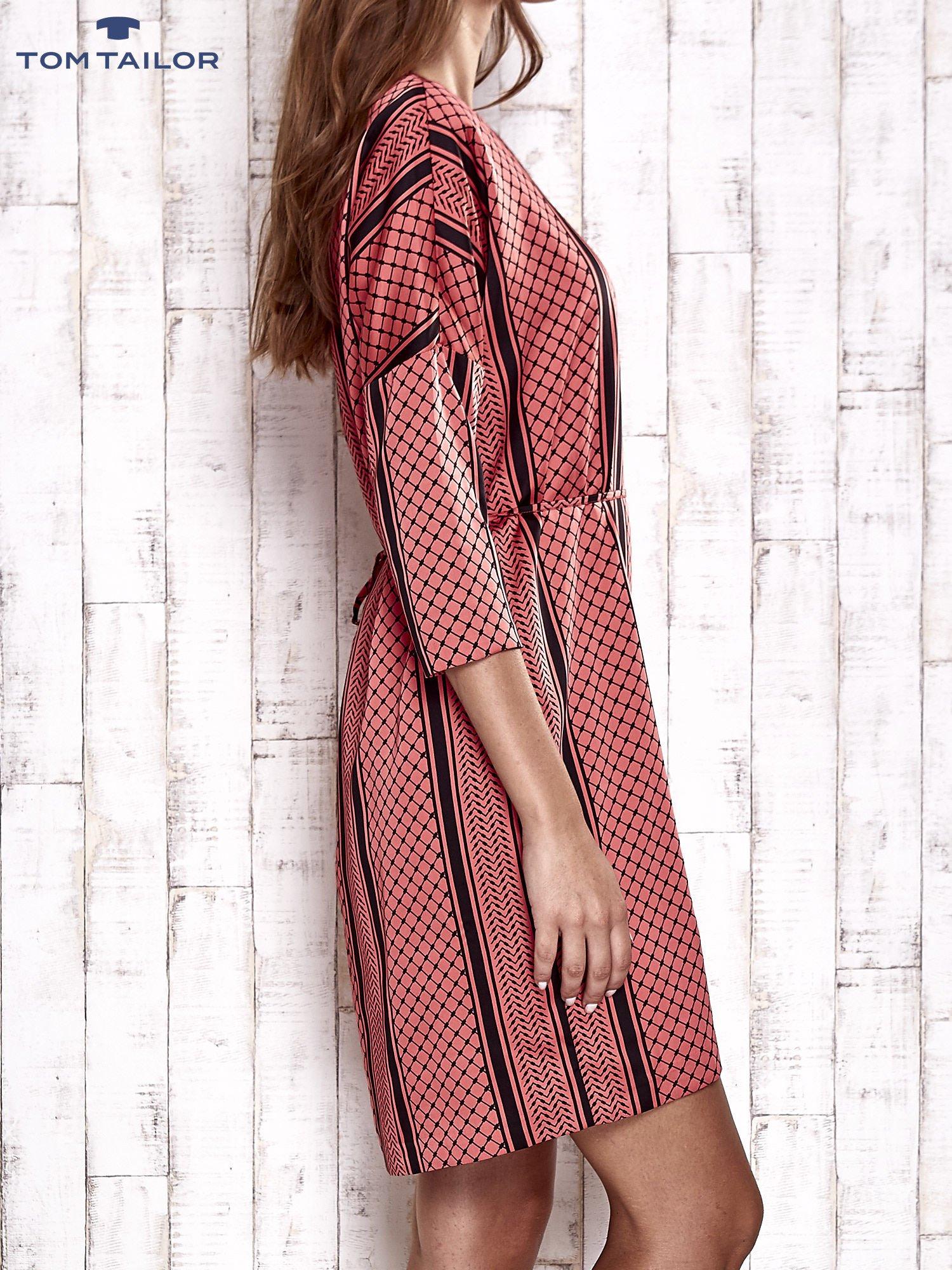 TOM TAILOR Koralowa graficzna sukienka z wiązaniem                                  zdj.                                  3