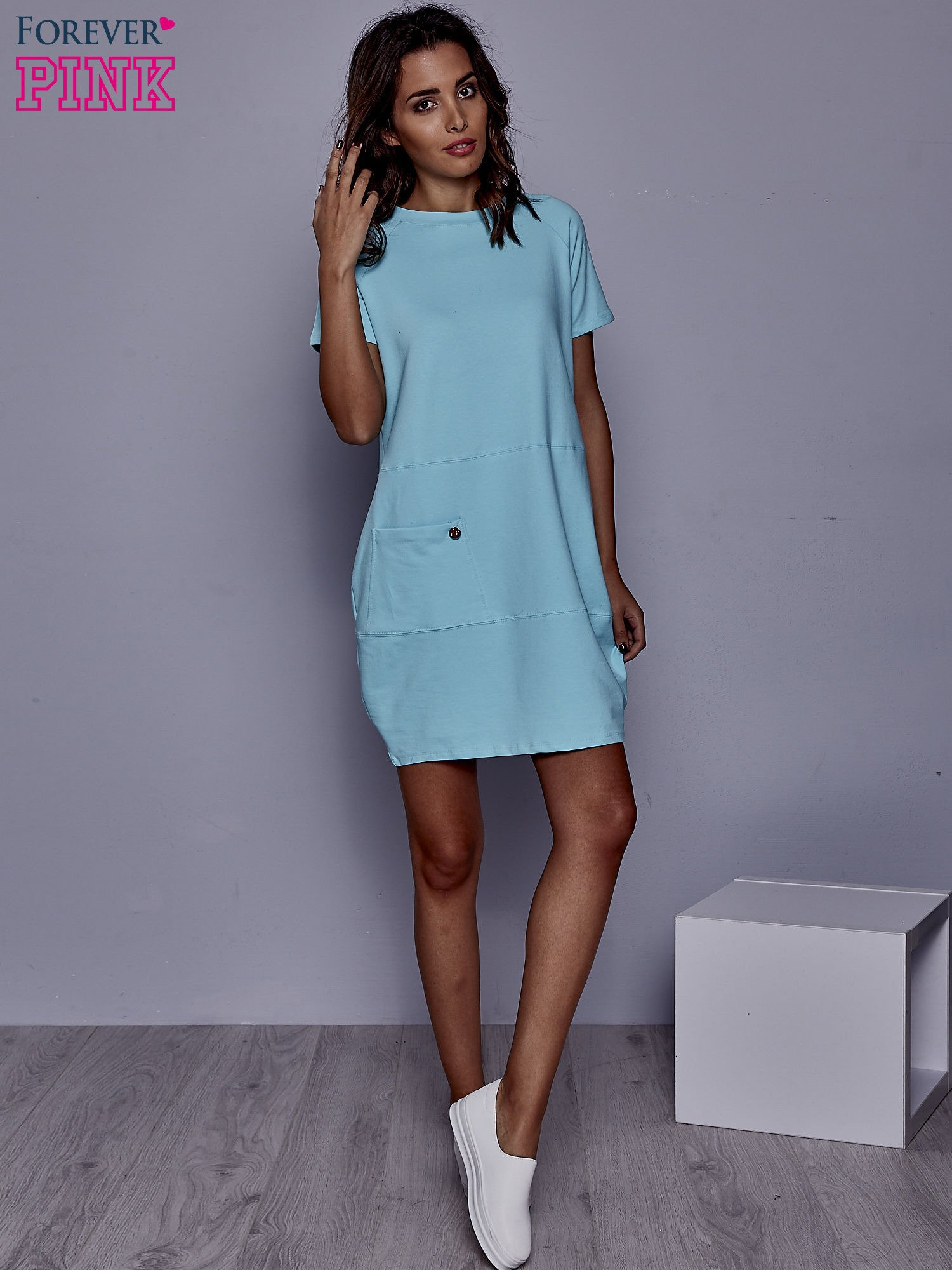 Turkusowa sukienka dresowa z kieszenią z boku                                  zdj.                                  4