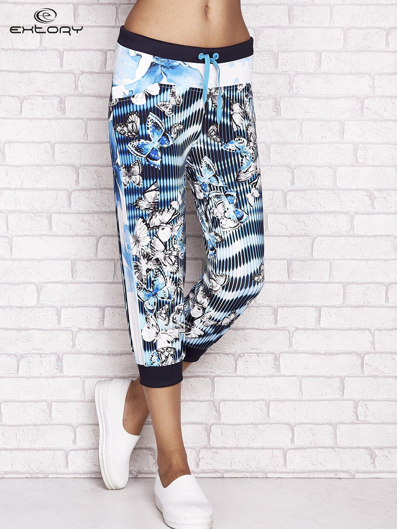 Turkusowe spodnie capri z nadrukiem motyli                                  zdj.                                  1