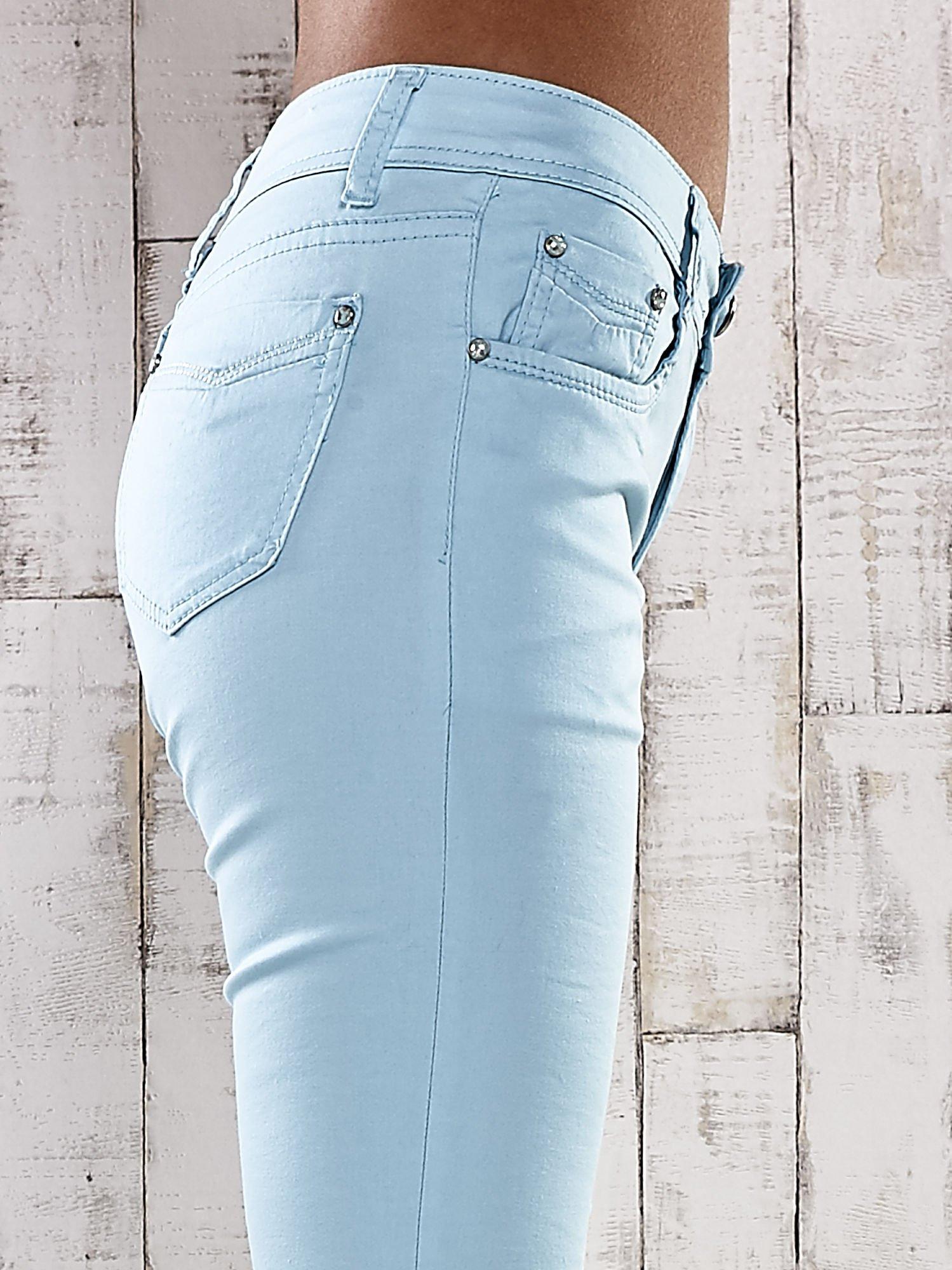 Turkusowe spodnie skinny jeans z dżetami                                  zdj.                                  5