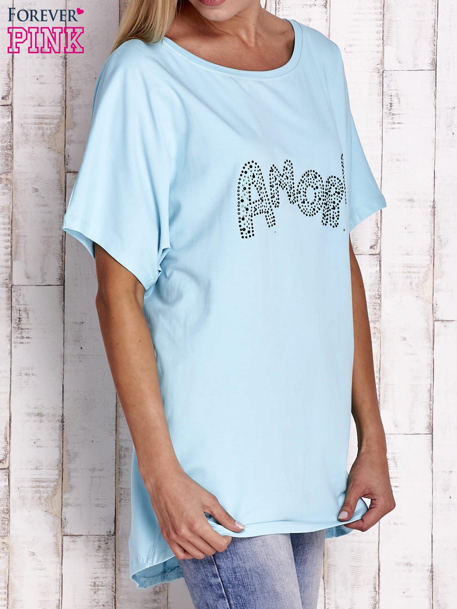 Turkusowy t-shirt z biżuteryjnym napisem AMORE                                  zdj.                                  3