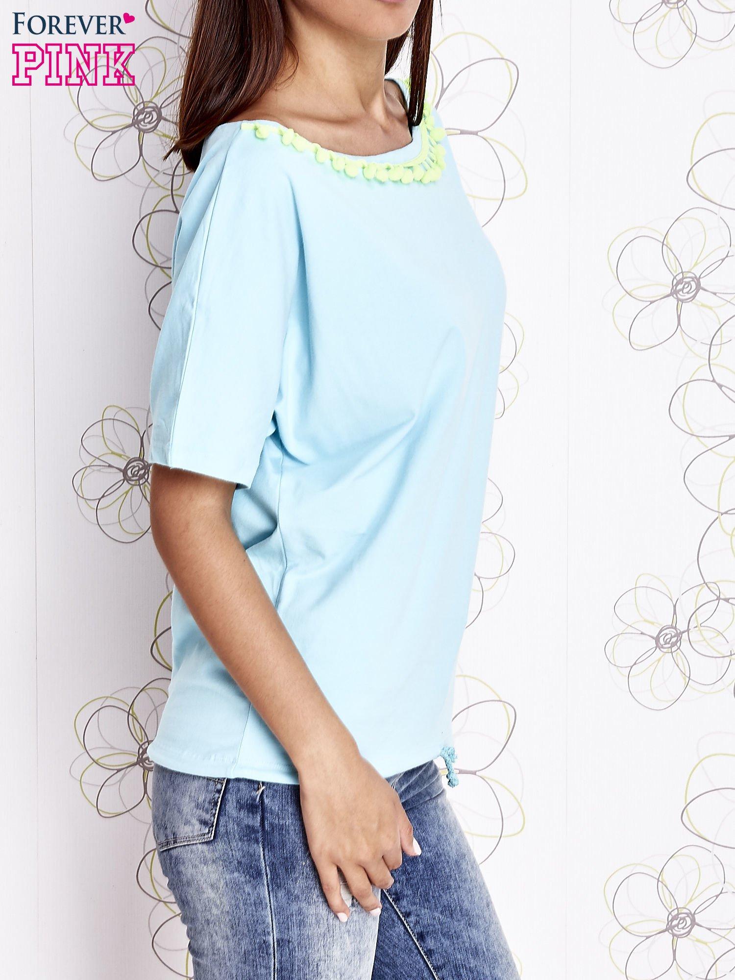 Turkusowy t-shirt z kolorowymi pomponikami przy dekolcie                                  zdj.                                  4