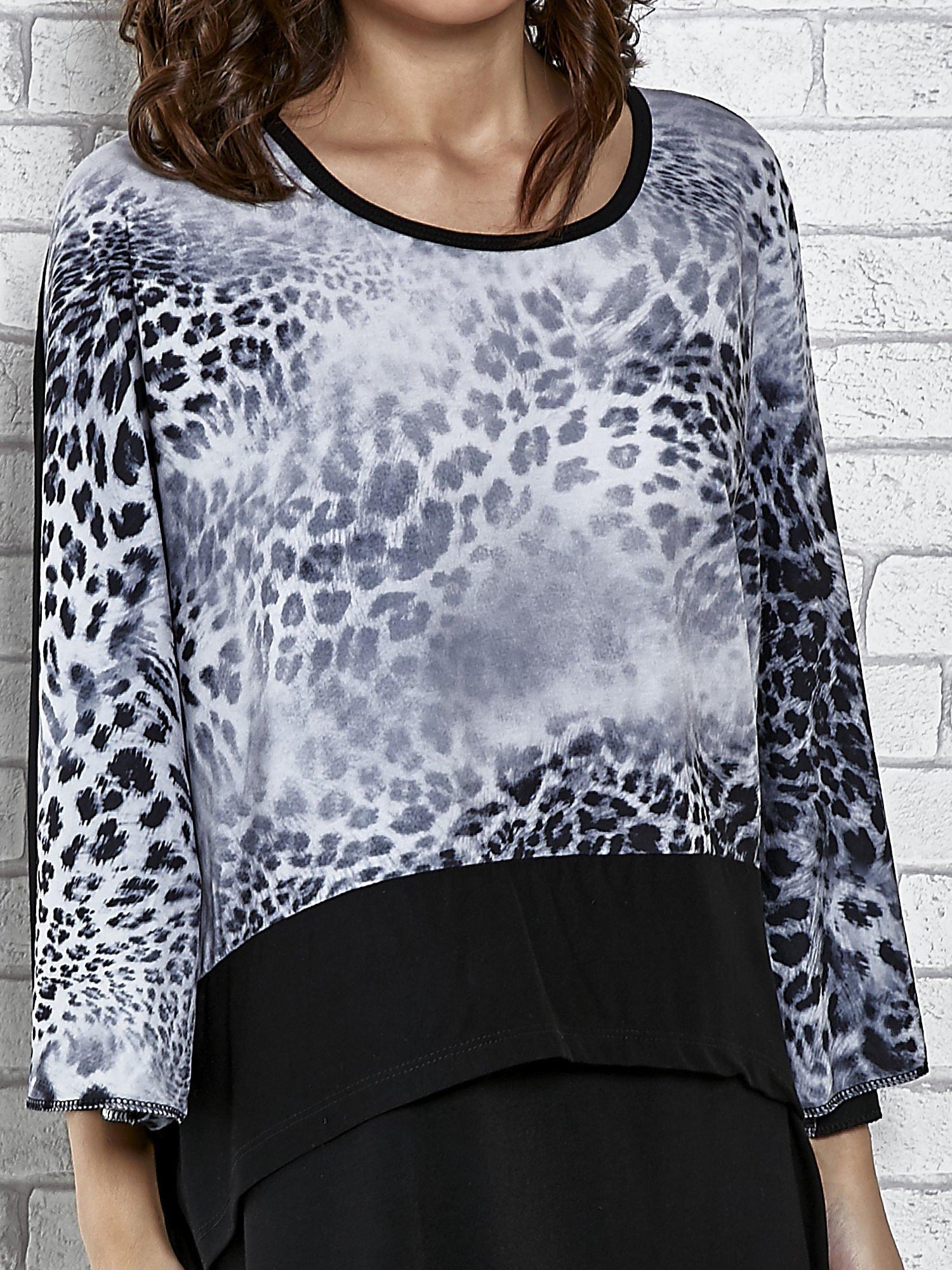Warstwowy t-shirt z motywem animal print                                  zdj.                                  3